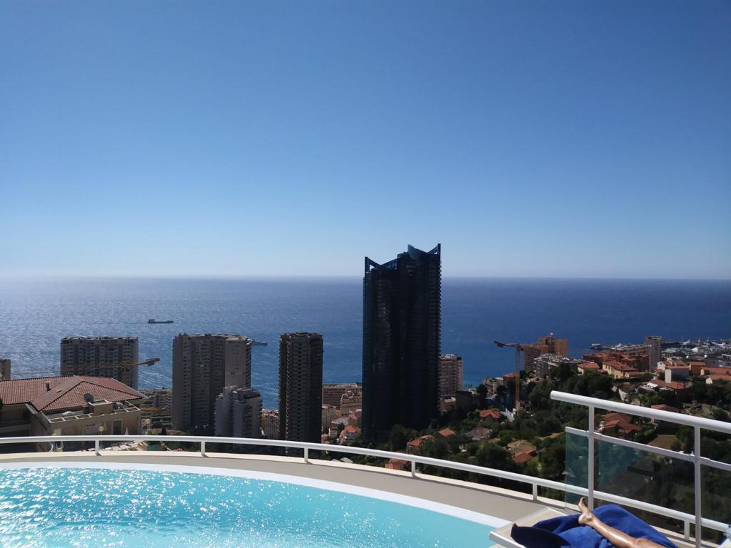 Beausoleil. Magnifico studio con grande terrazza vista mare panoramica in residenza lussuosa con piscina.