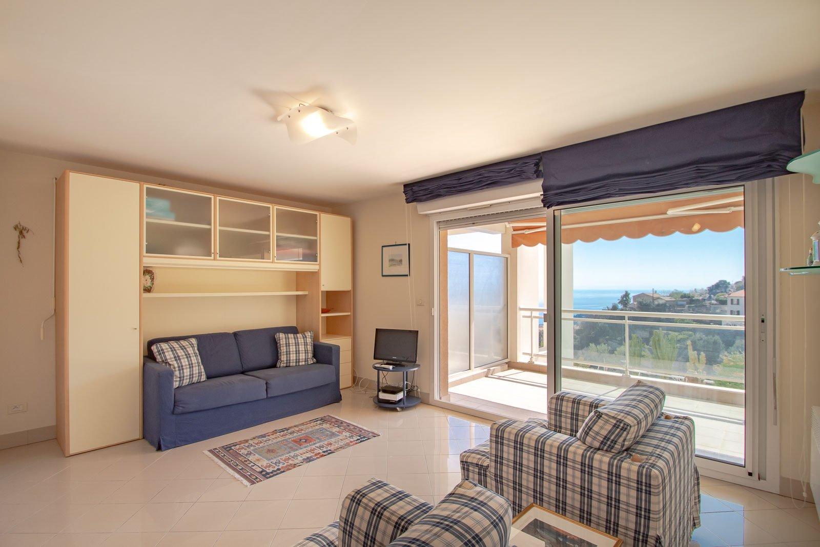 Антиб.  Превосходная студия с большой панорамной террасой с видом на море в роскошной резиденции с бассейном.