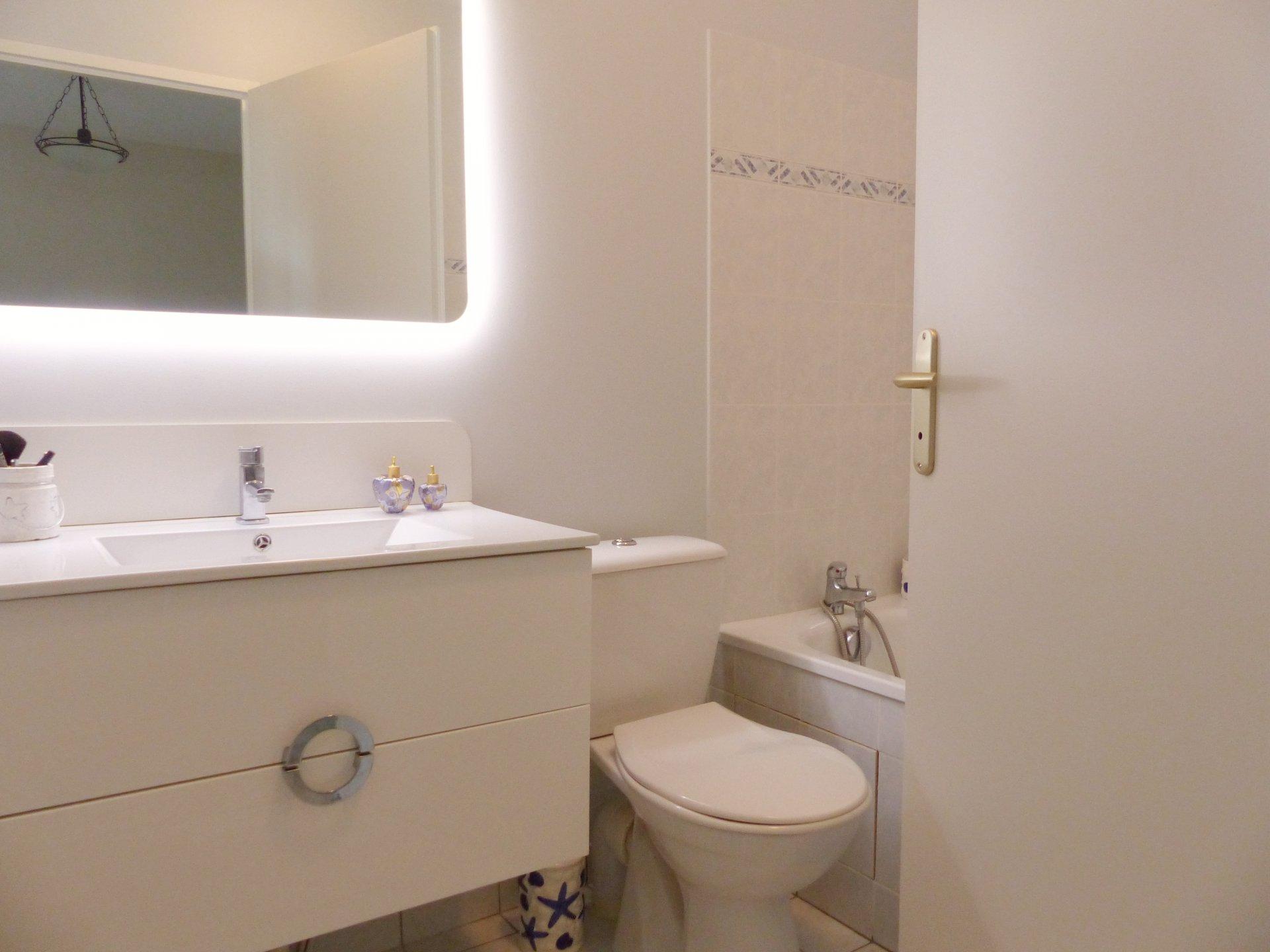 SOUS COMPROMIS DE VENTE -  Situé au calme tout en étant à 5 mn à pied du centre de Charnay, appartement dans un état irréprochable qui vous séduira notamment par sa belle terrasse et son petit jardin exposés sud.  Il se compose d'une belle entrée avec wc et point d'eau, d'un séjour et d'une cuisine équipée donnant sur l'extérieur.  A l'étage, il offre 3 chambres dont une suite parentale avec sa salle de douche et son dressing, une salle de bains et de nombreux rangements.  Vendu avec garage et cave.  Bien soumis au régime de la copropriété (25 lots). Charges courantes mensuelles de 84 euros. Honoraires à la charge du vendeur.