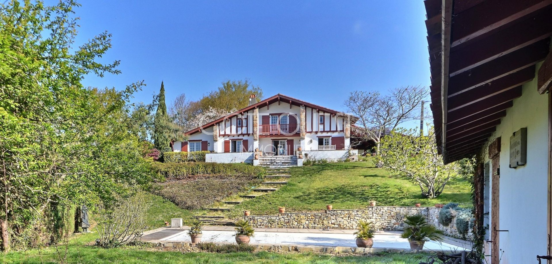 ARCANGUES. A TYPICAL BASQUE-STYLE PROPERTY WITH A SWIMMING POOL AND ENJOYING A VIEW OF THE ICONIC RHUNE MOUNTAIN