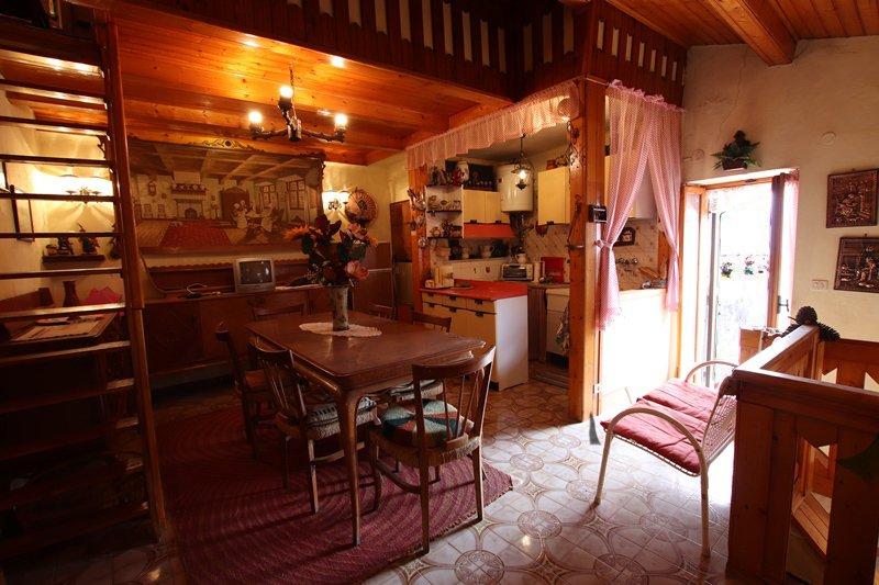 Townhouse in the mountain village Baiardo