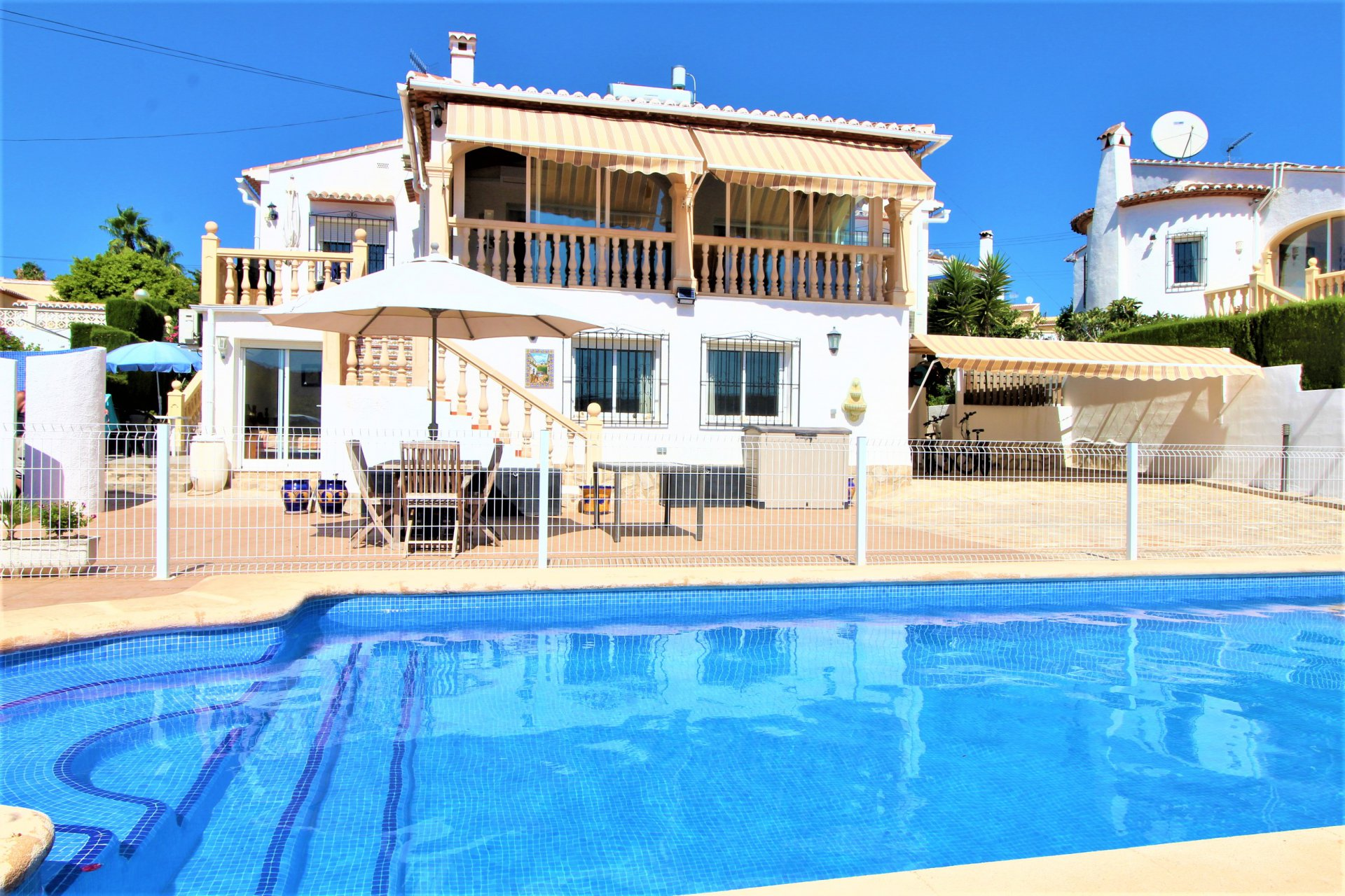 Villa with 2 extra independent apartments