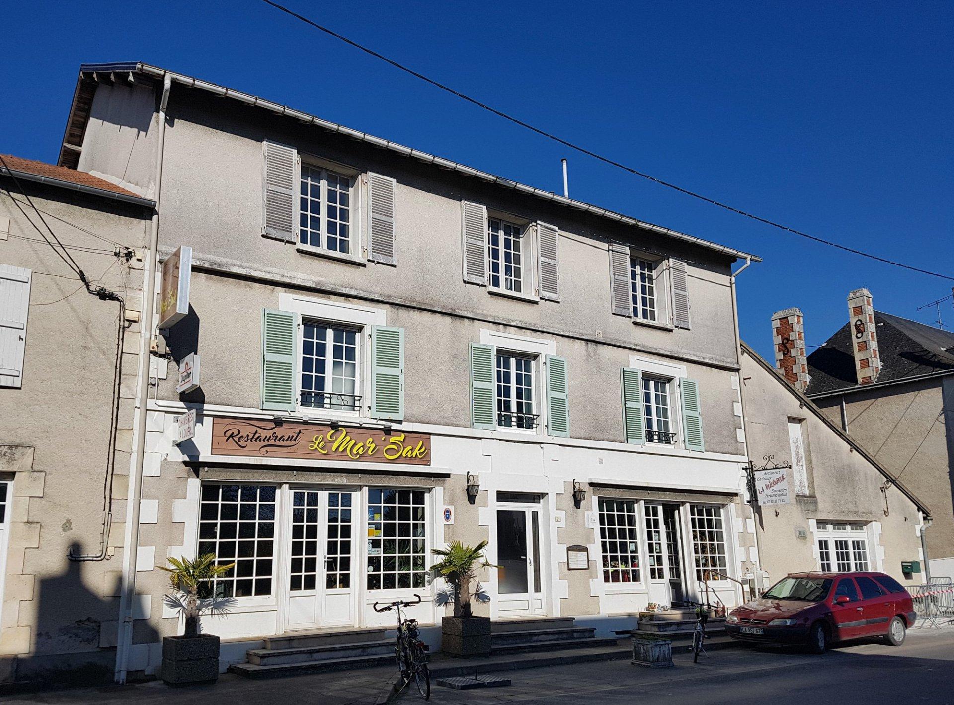 Bij Saint Savin: gebouw met binnenplaats en parkeerplaats