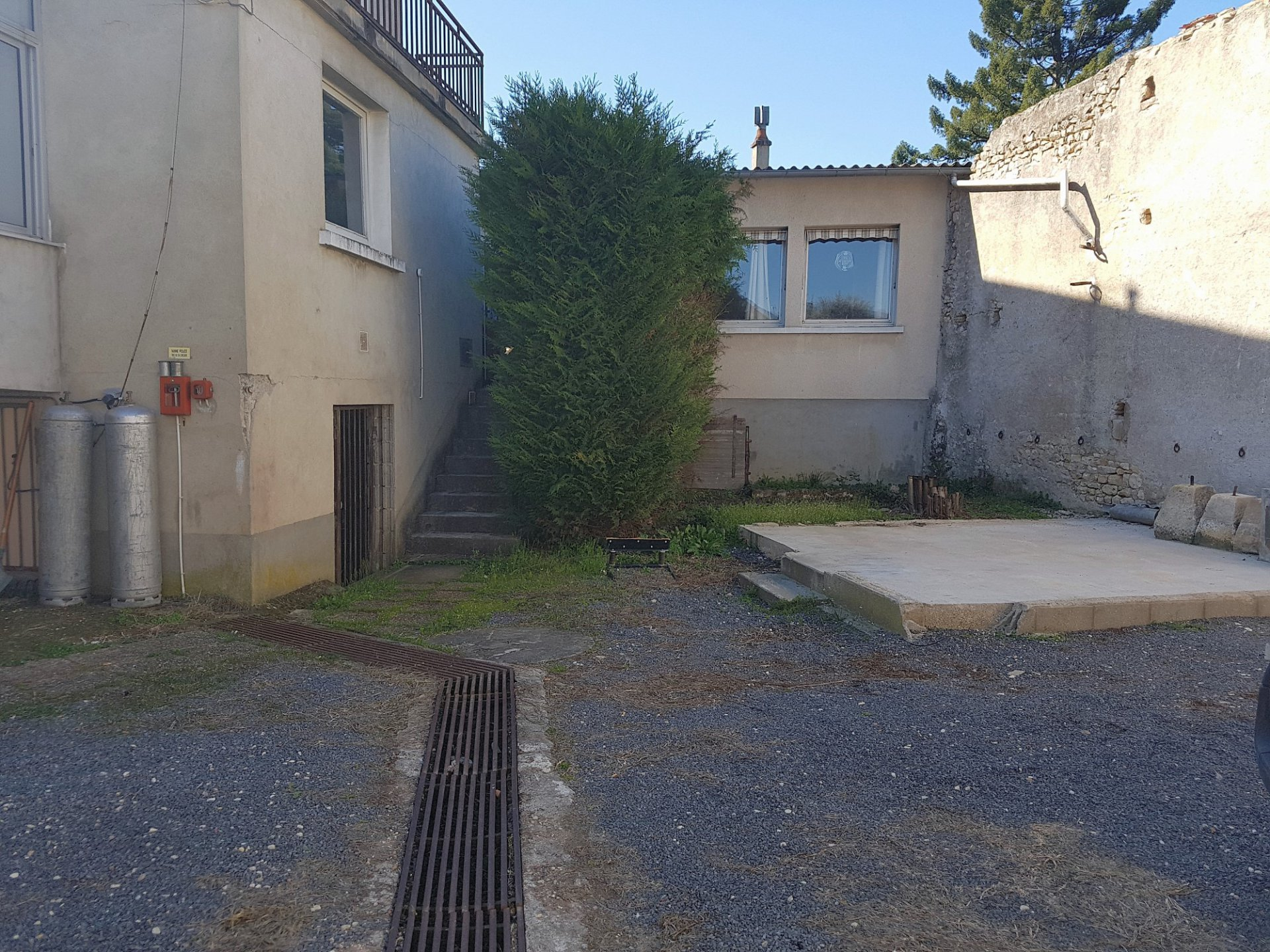 Saint Savin, Vienne 86: building with courtyard and parking