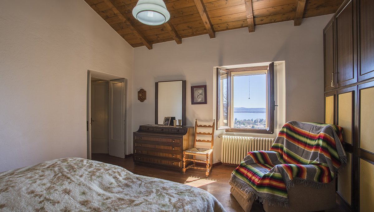 Rustic house to be restored in Lesa - bedroom