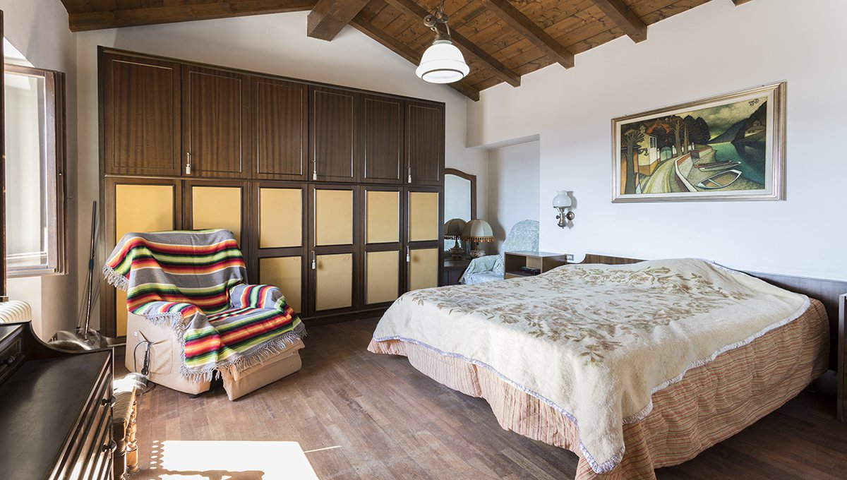 Rustic house to be restored in Lesa - master bedroom