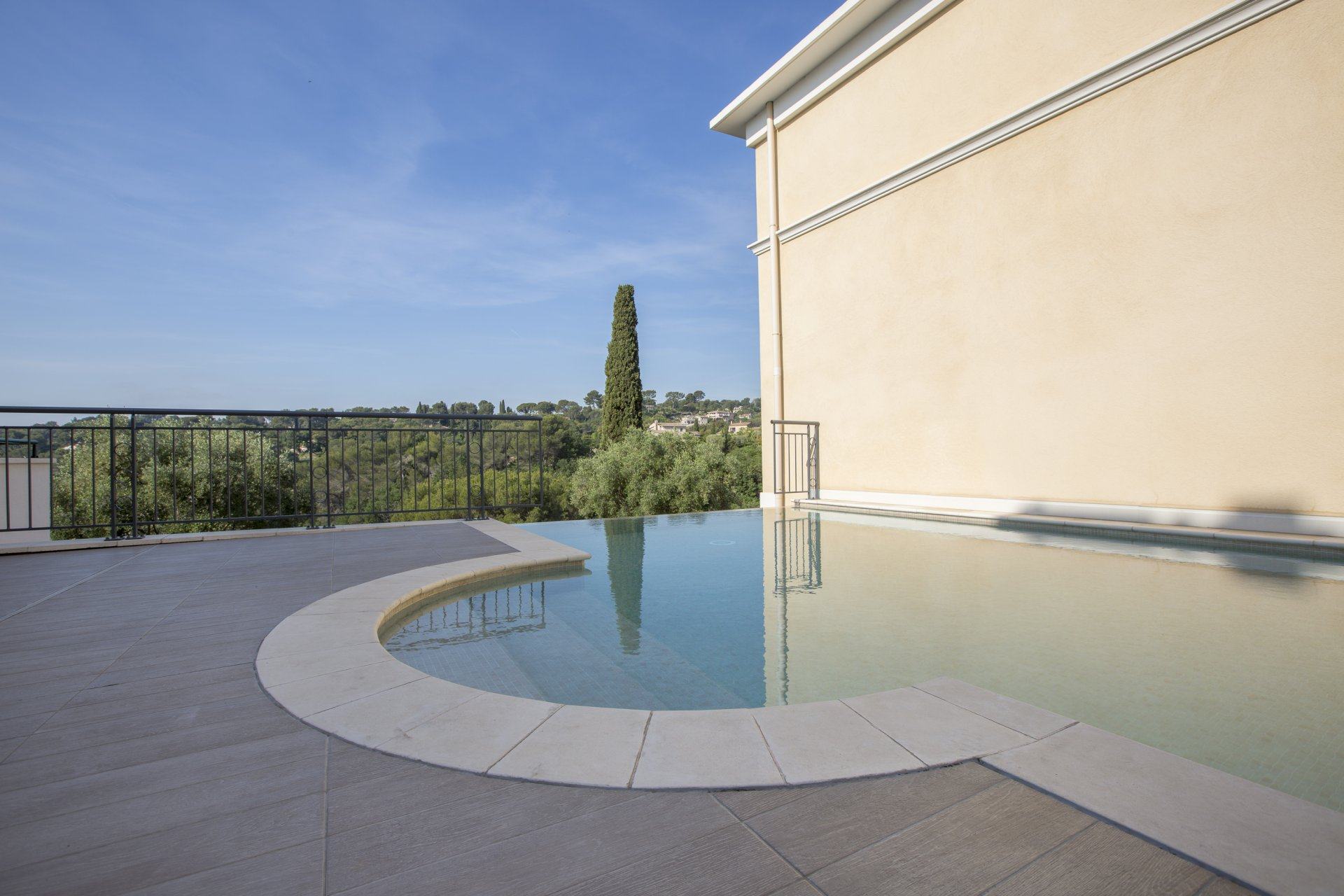 1 bed apt with terrace and super views 2 minute walk to Biot village