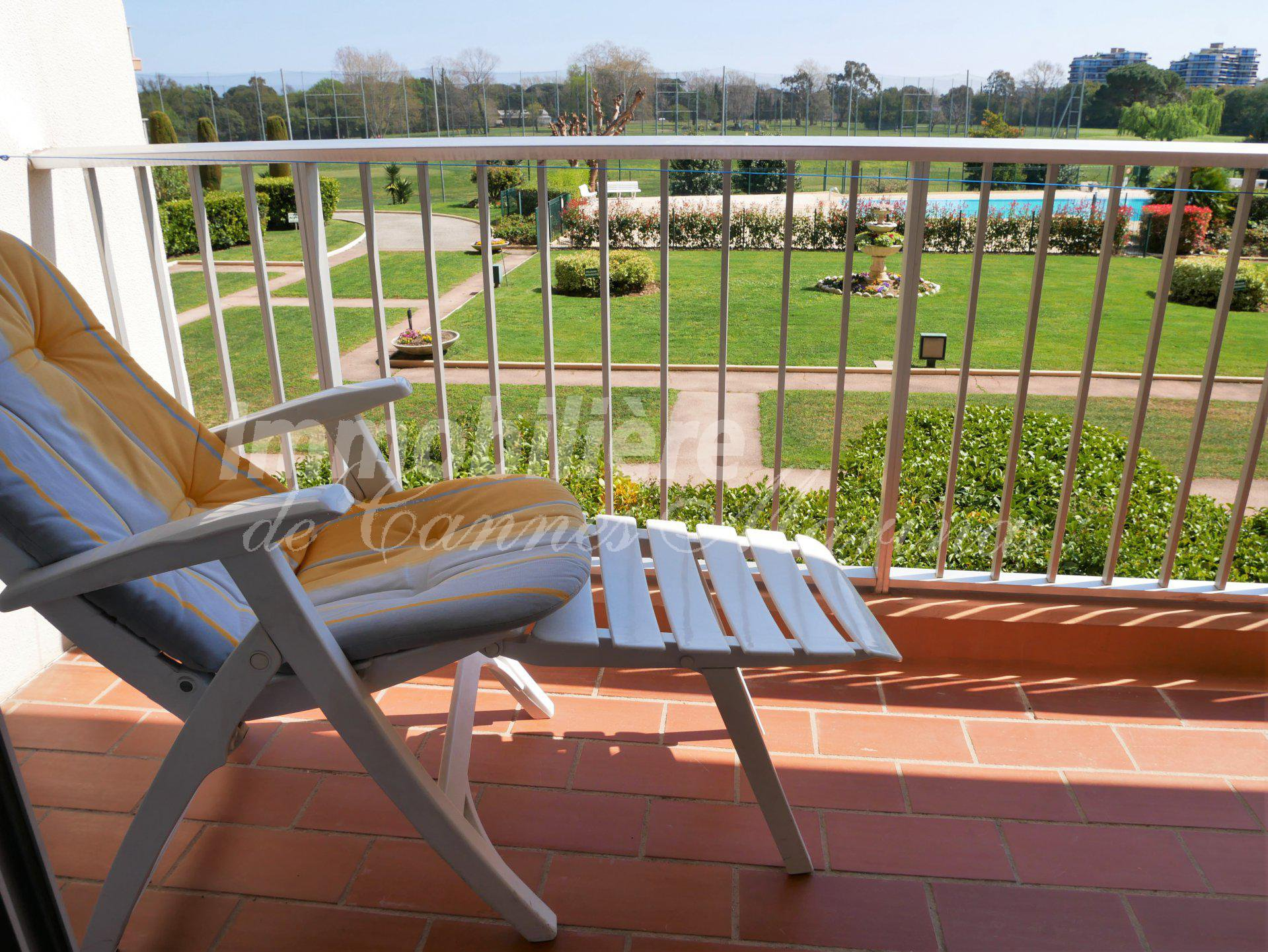 Apartment on the golf course - swimming pool - close to amenities