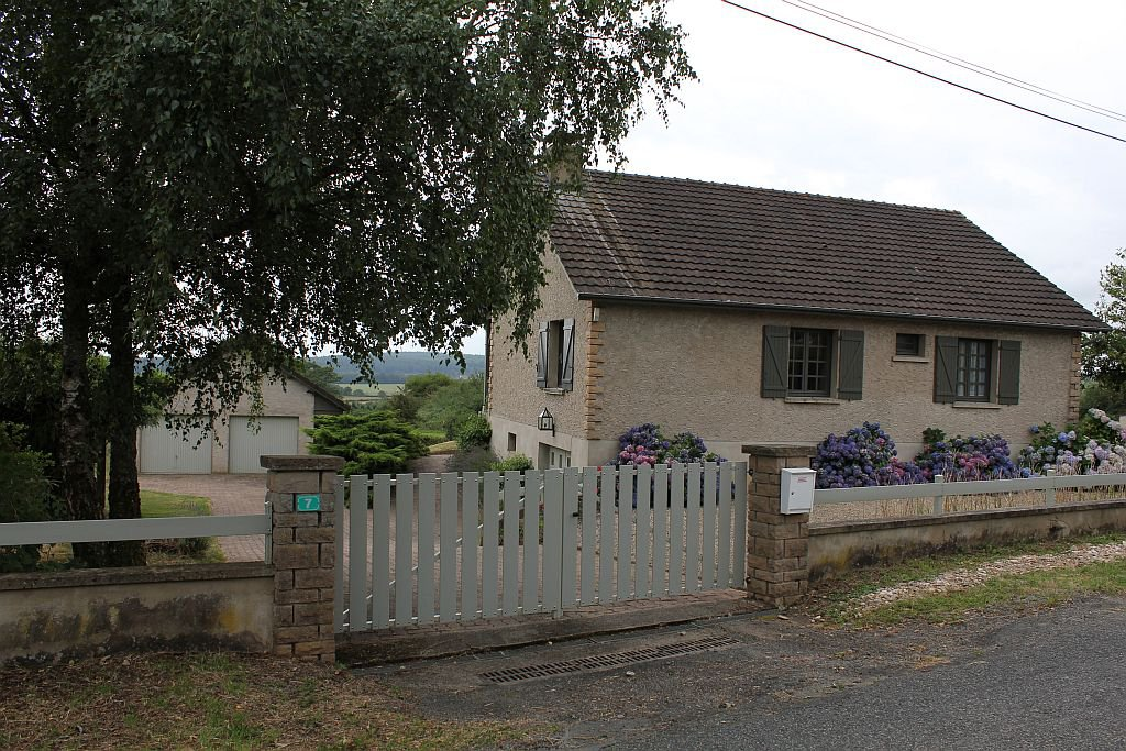 SAONE-ET-LOIRE - Recent house with garage and studio on 2.277 m2