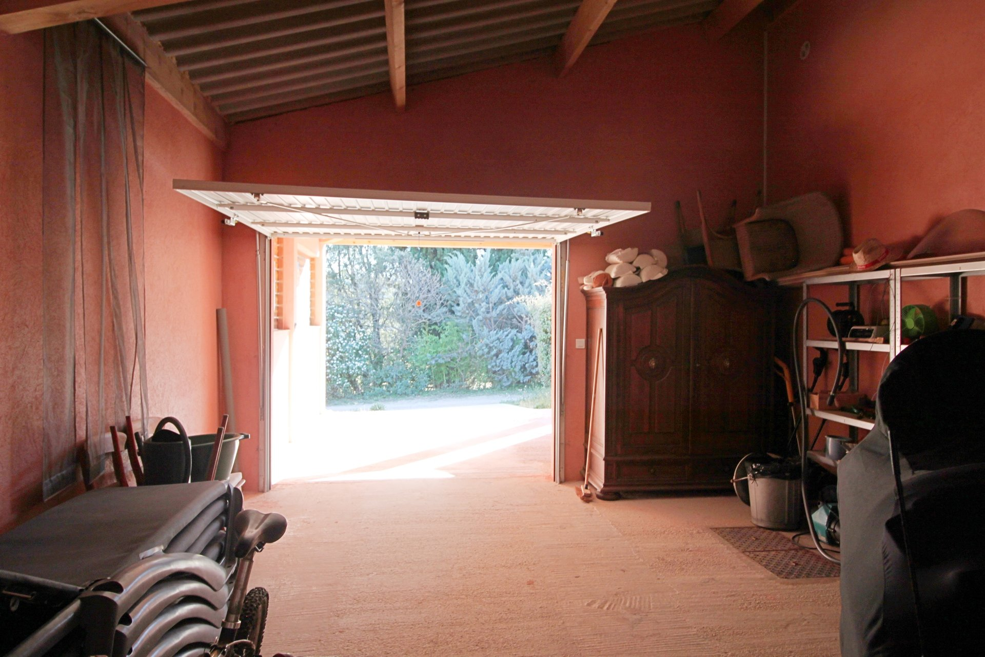 Very well maintained villa close to the village, garage and pool