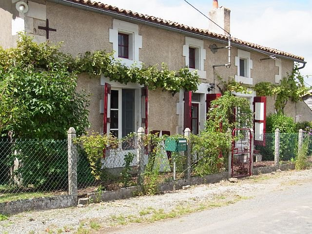 DEUX-SEVRES - Old stone house with barn on 5.445 m2