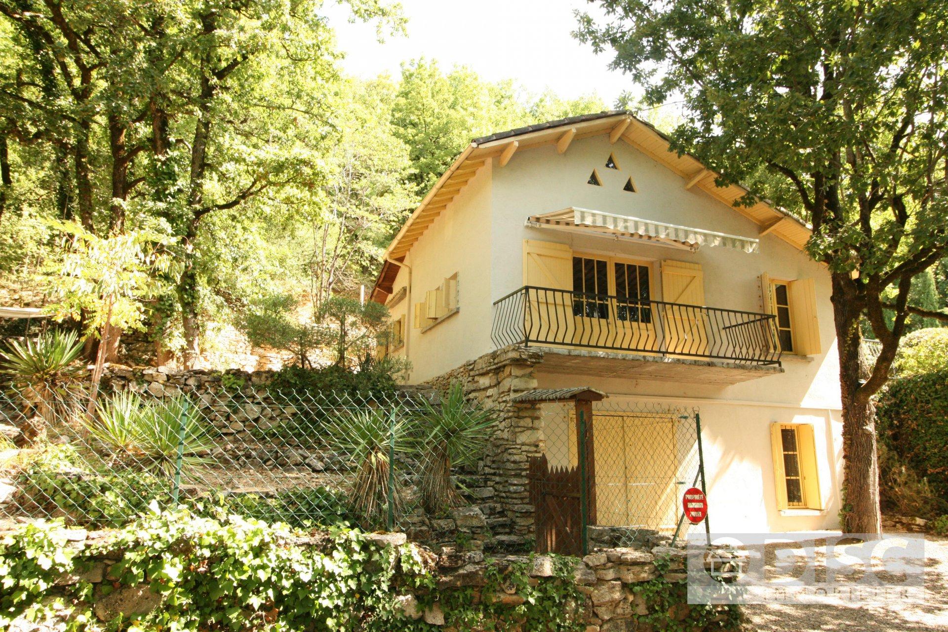 Belle maison avec jardin et accès à la rivière.