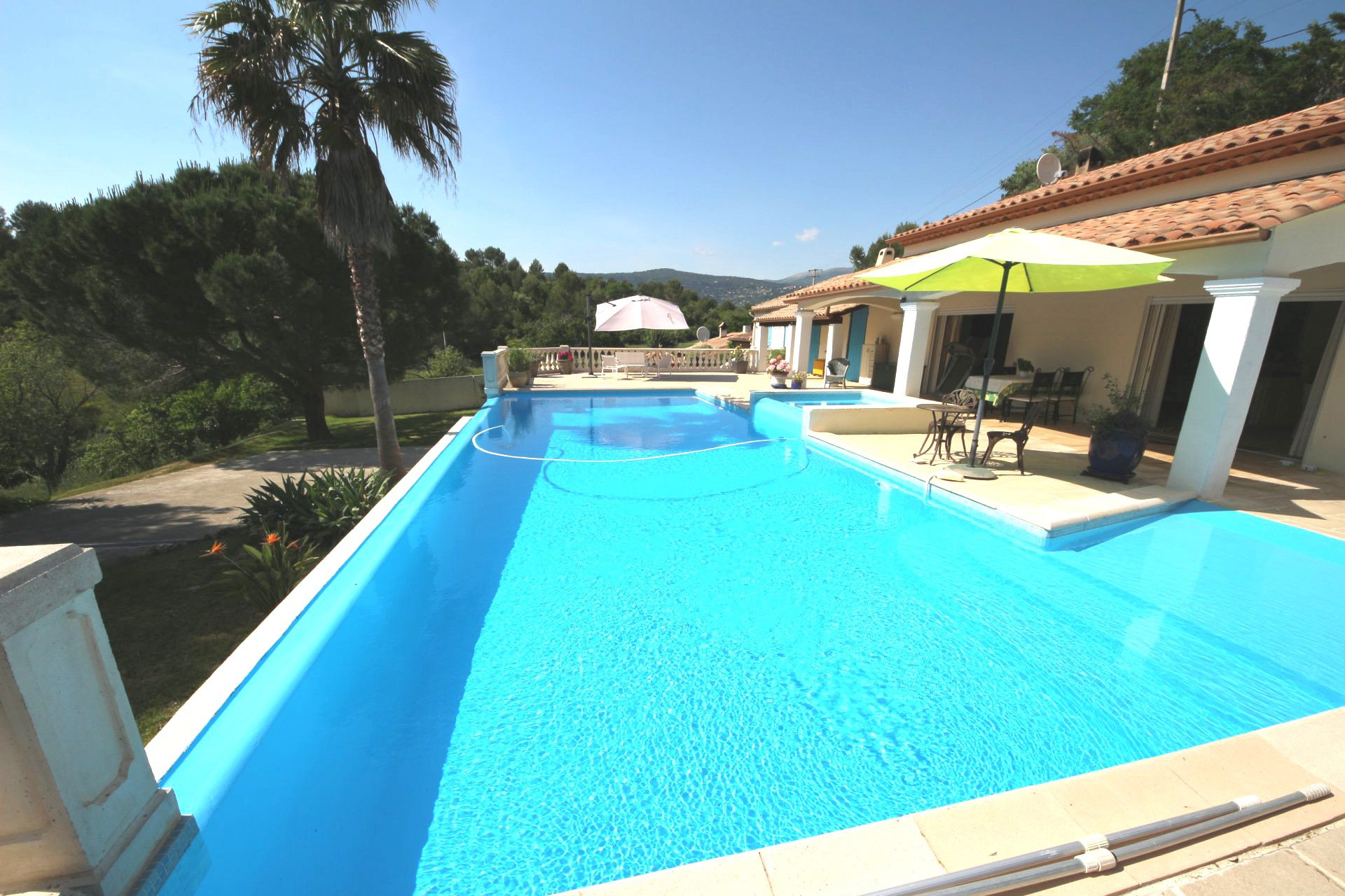 Peymeinade, Magnificent 5 bedrooms villa of 187 Sqm with infinity pool