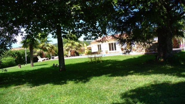 Le LUC, Villa met zwembad op vlak terrein