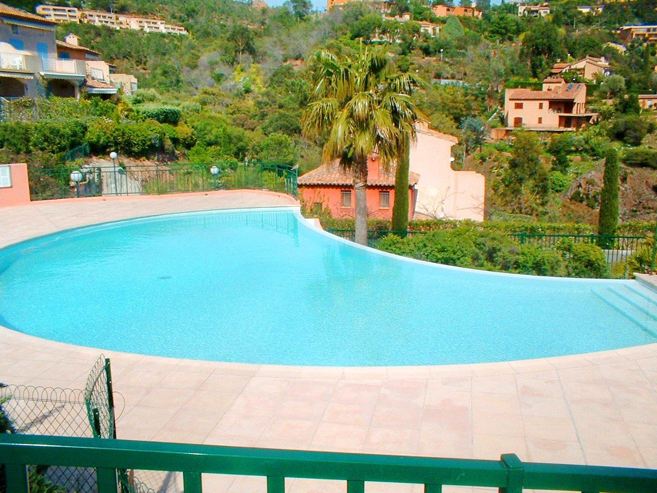 Quartier résidentiel - piscine à débordement - gardien