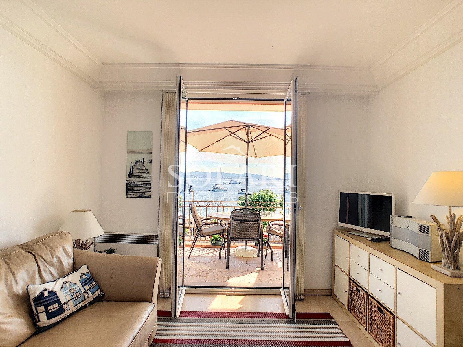 2 bedroom apartment facing the sea in the village of Théoule
