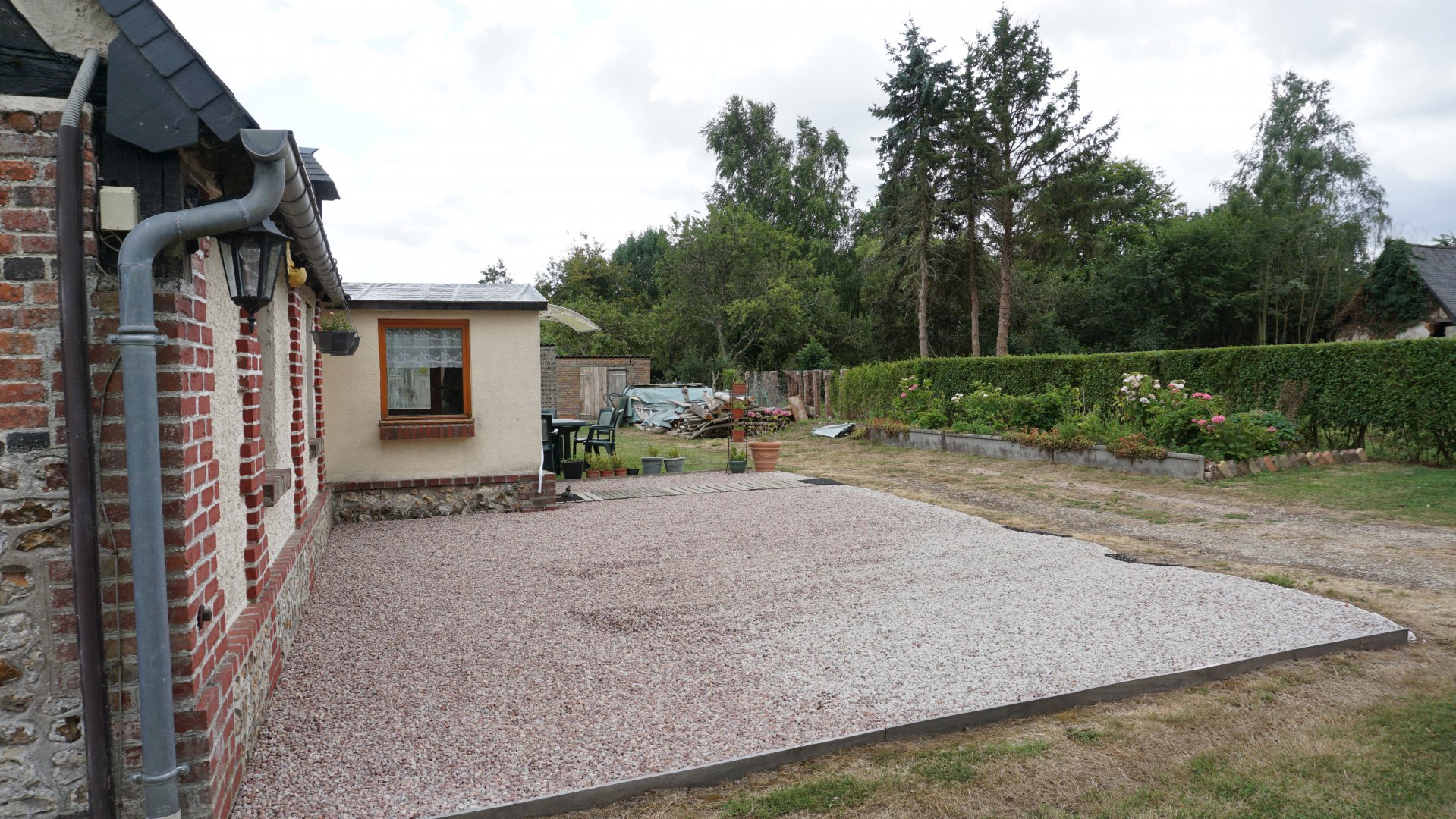 PAYS D'AUGE CALVADOS Une maison normande avec un jardin et une dépendance.