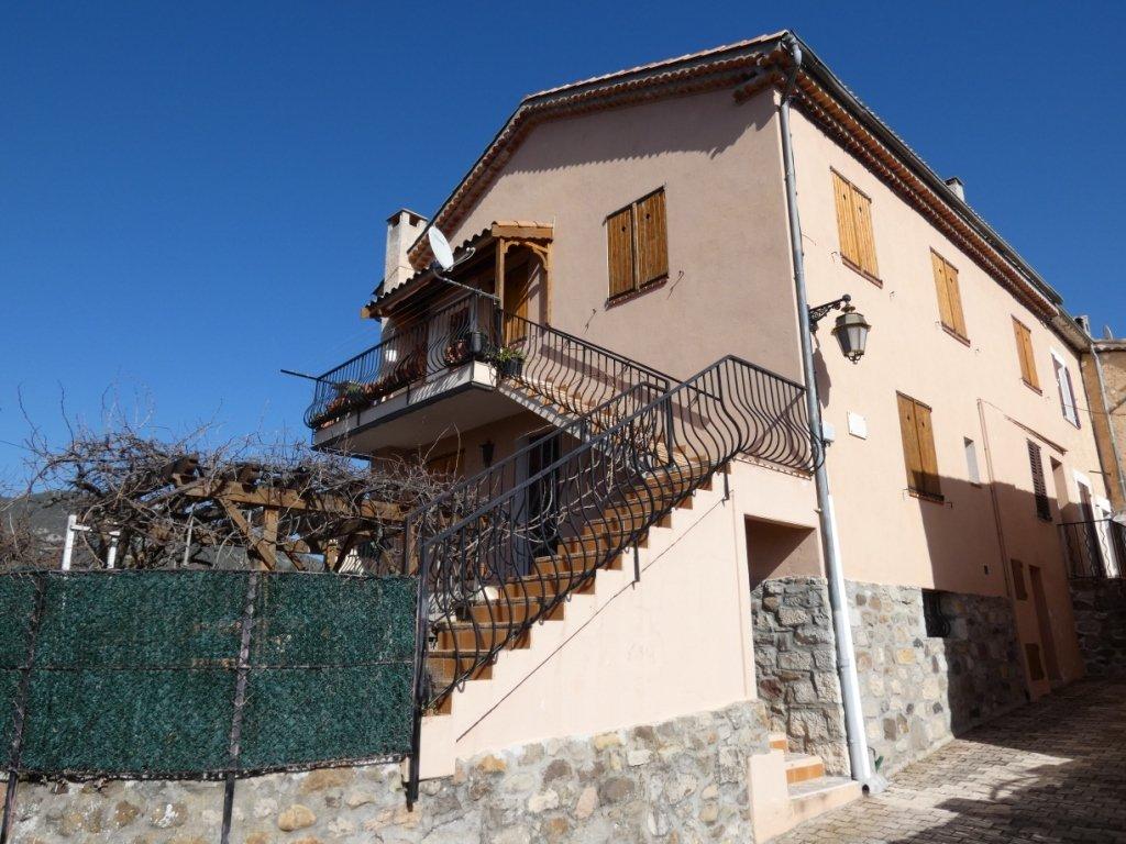 Maison en bordure de village avec vue féerique montagnes