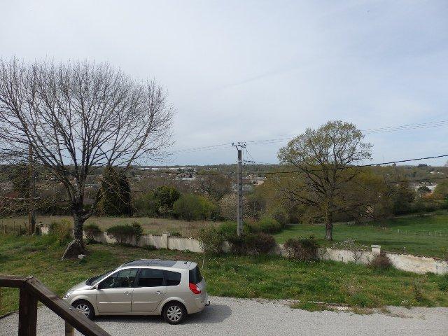 Goed huis met uitzicht op de stad en de tuin in de Vienne