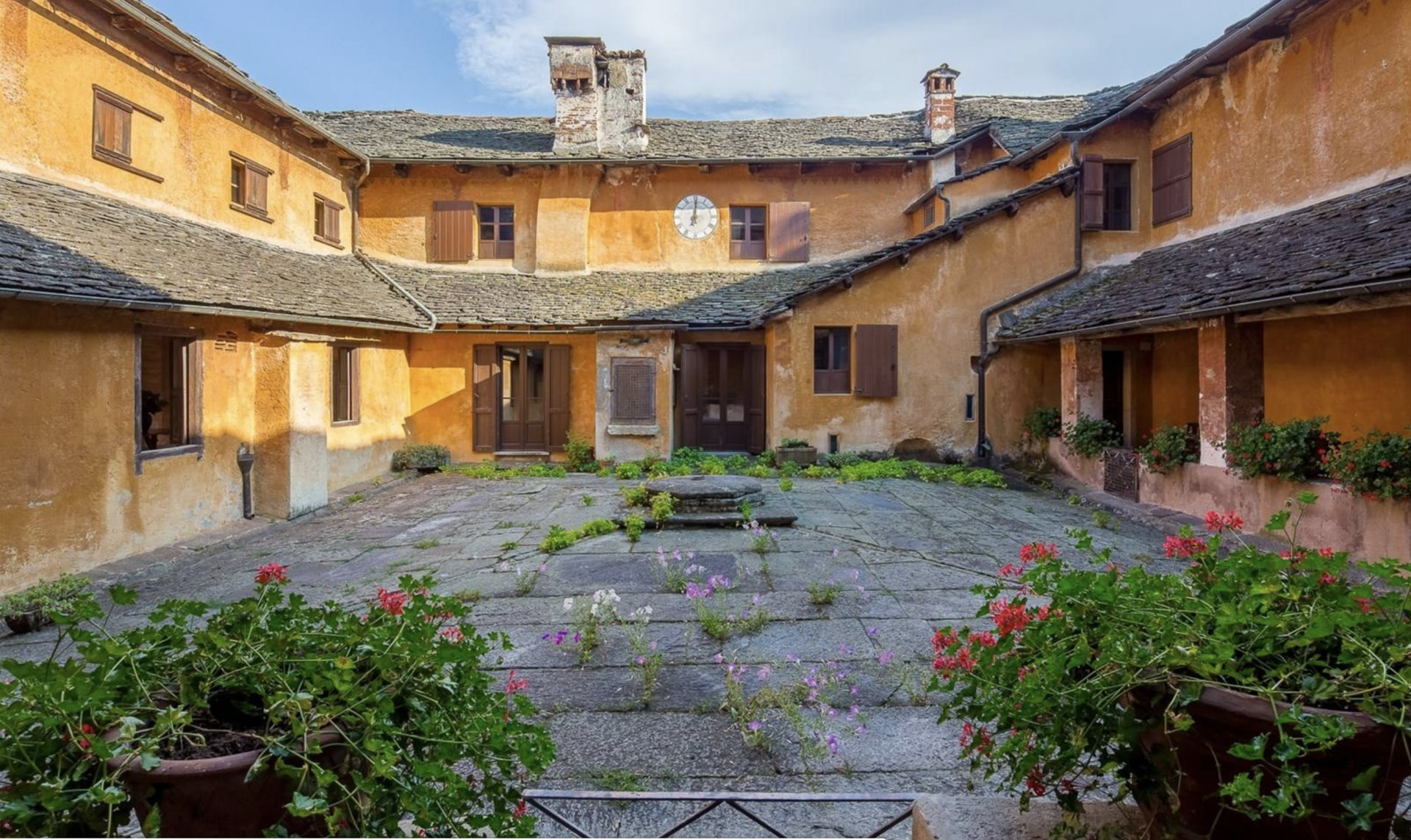 Historic property former convent for sale in Orta - courtyard