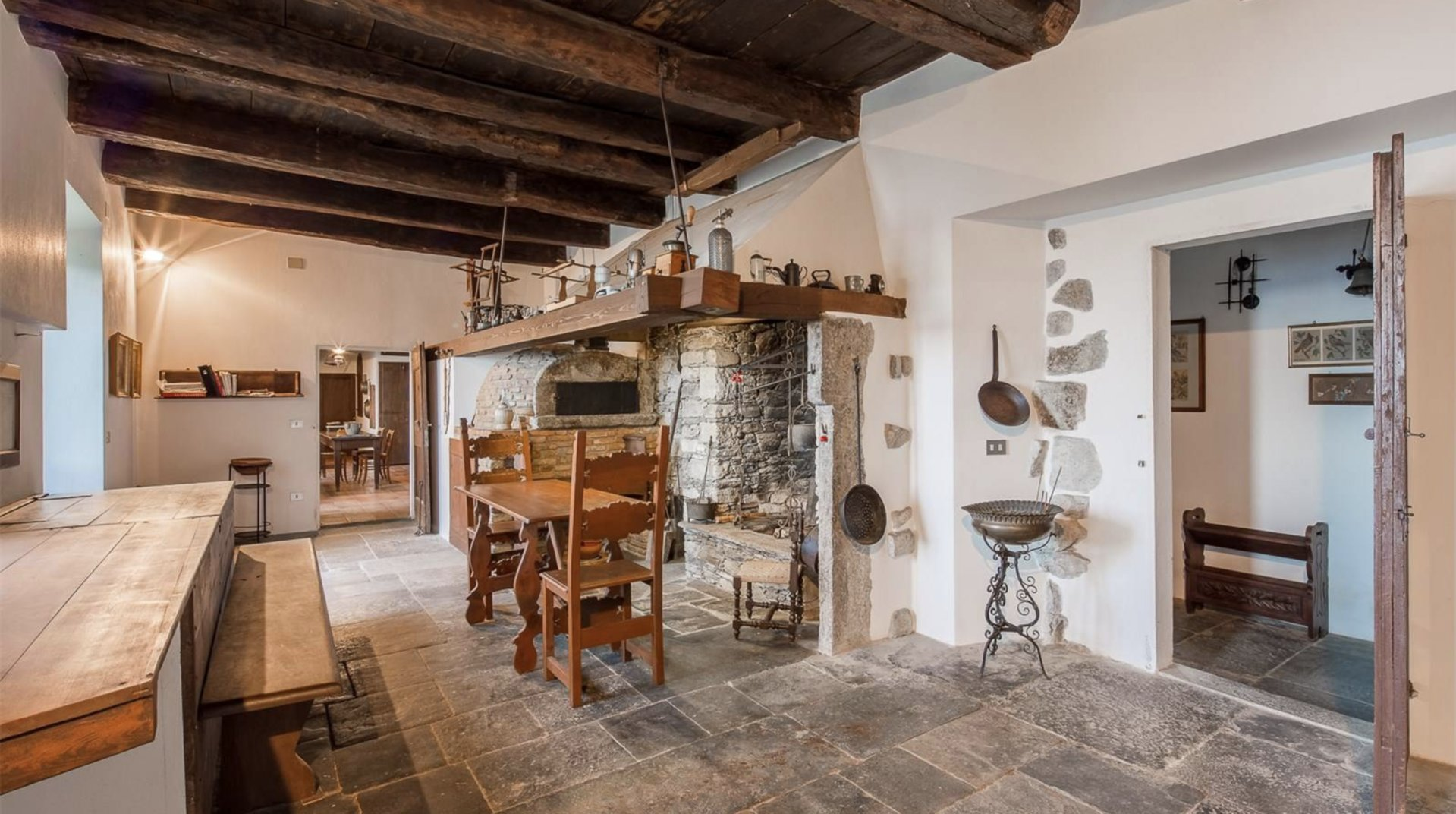 Historic property former convent for sale in Orta - ceiling with exposed beams