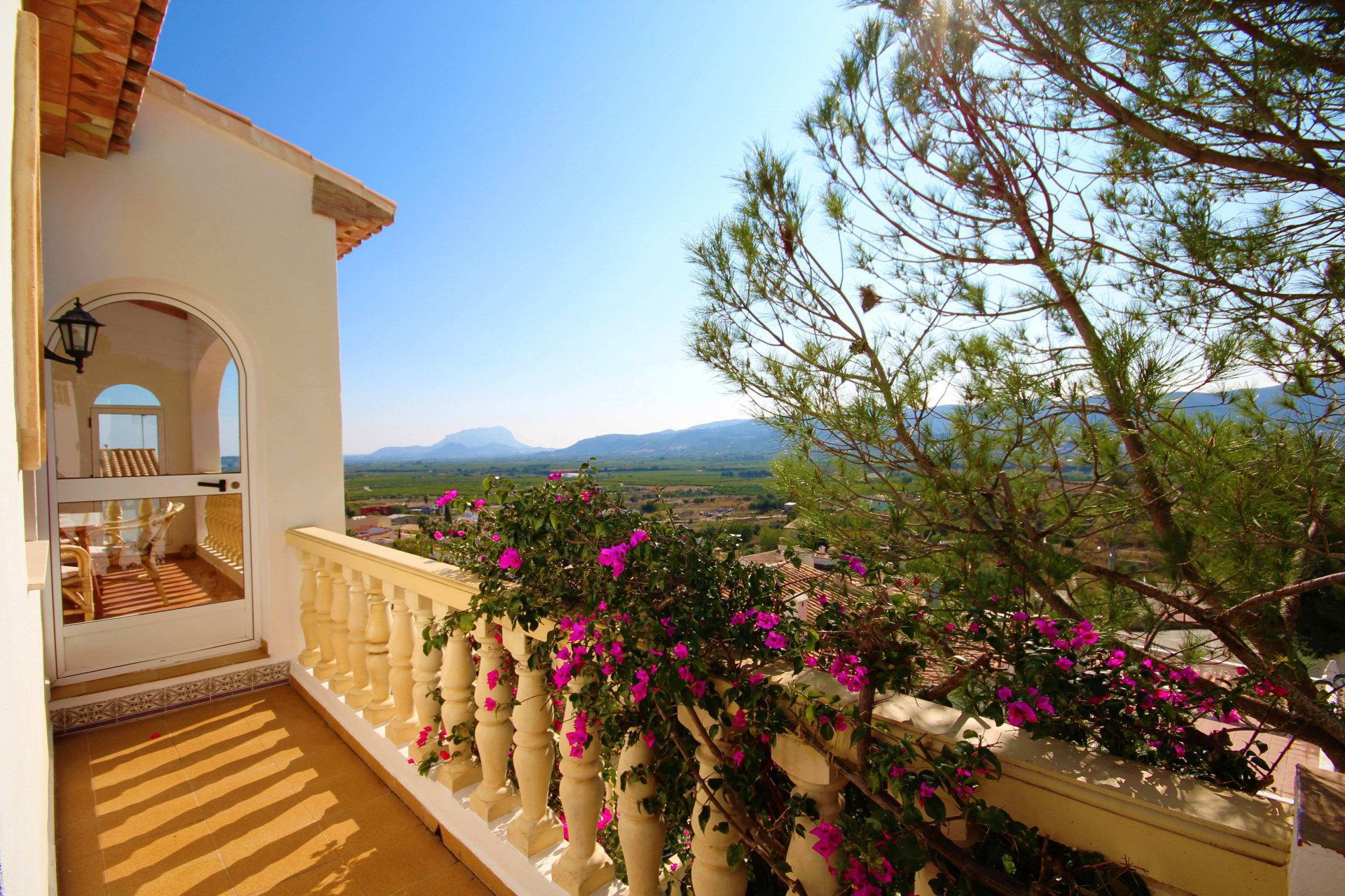 Villa on a corner plot with impressive views