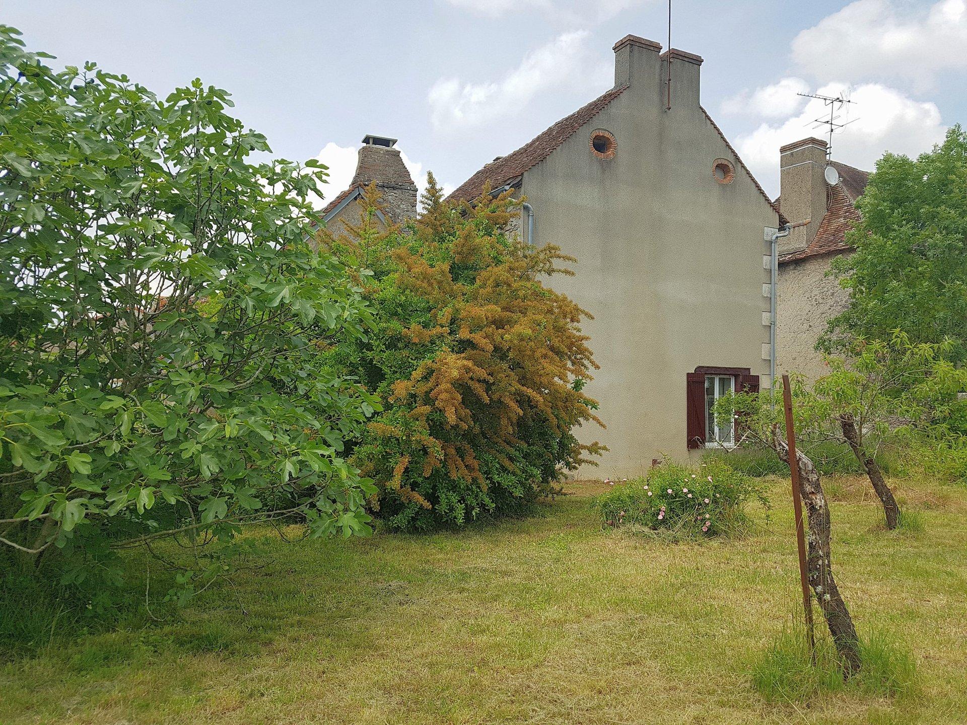 Proche Montmorillon, Vienne 86 maison de village avec jardin