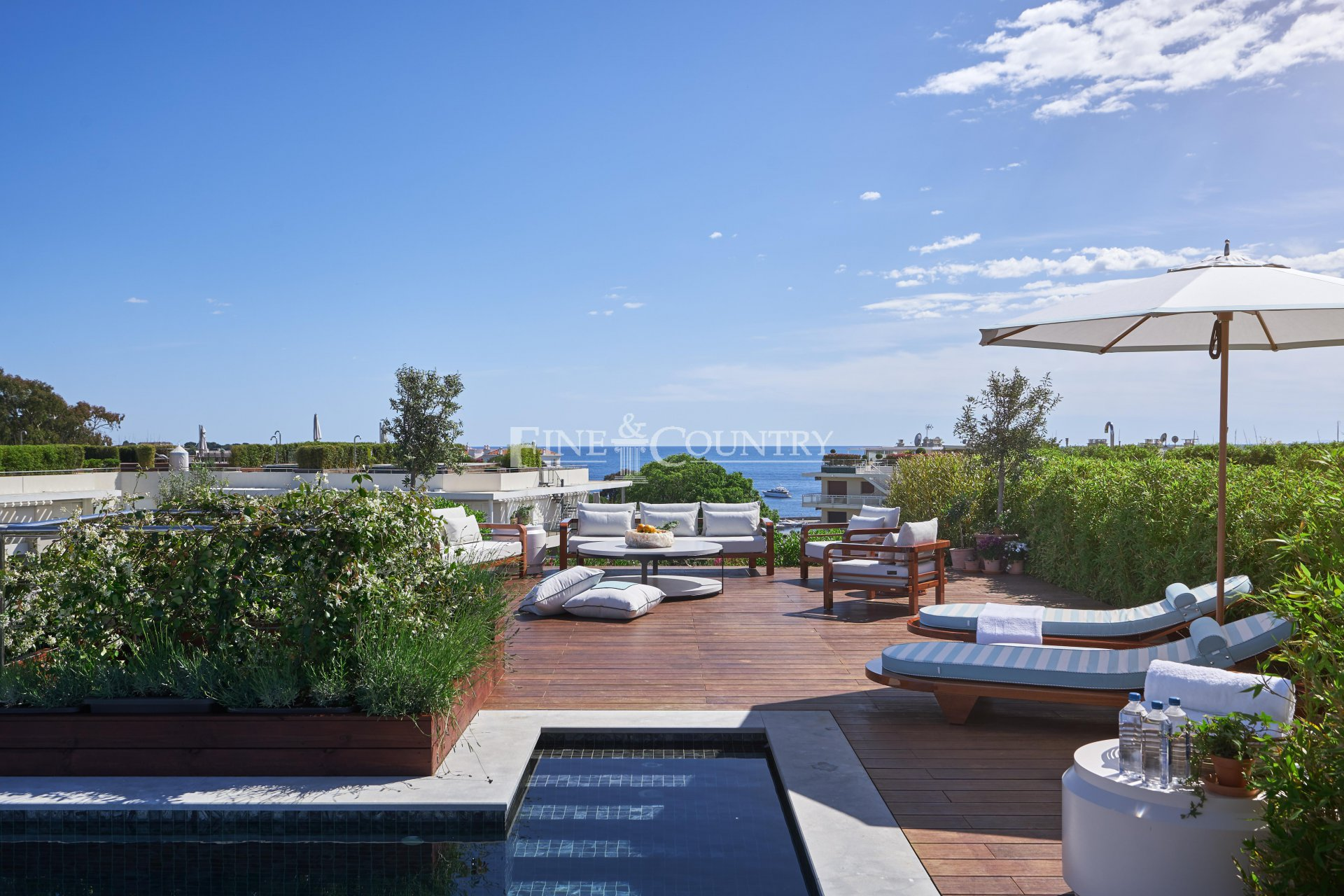penthouse apartment for sale in Cap d'Antibes with roof terrace and private pool