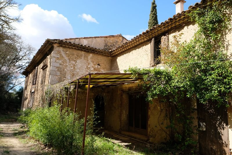 Elegant 500m stone bastide to renovate, a stone farm of 300m and a 80m housekeepers house in 20 hectares. swimmingpool.
