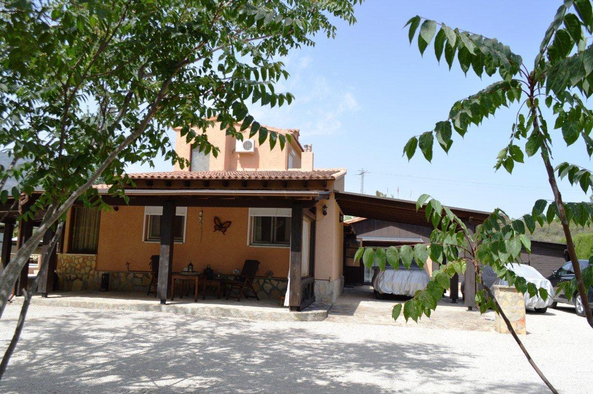 Villa rustique sur un grand terrain privé