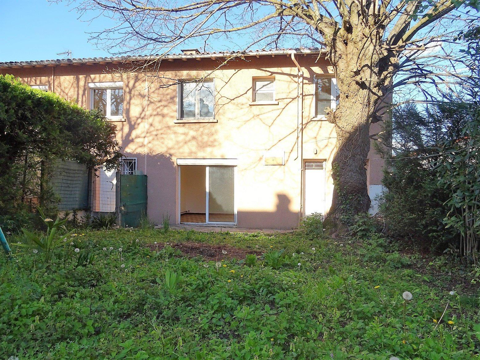 Guilhemery, Maison de 120 m²  à rénover avec jardin et garage.