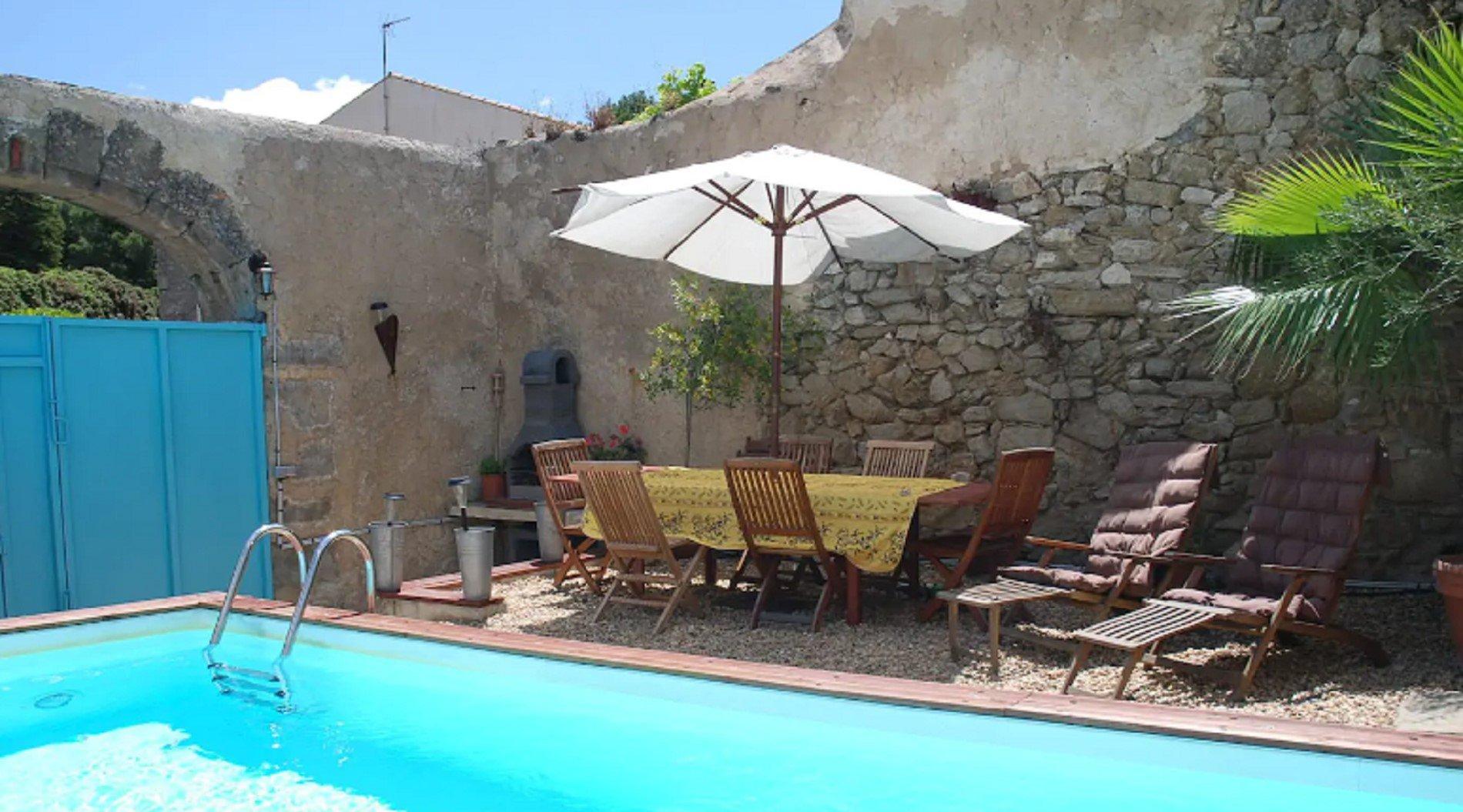 Vinbondehus med innergård och pool