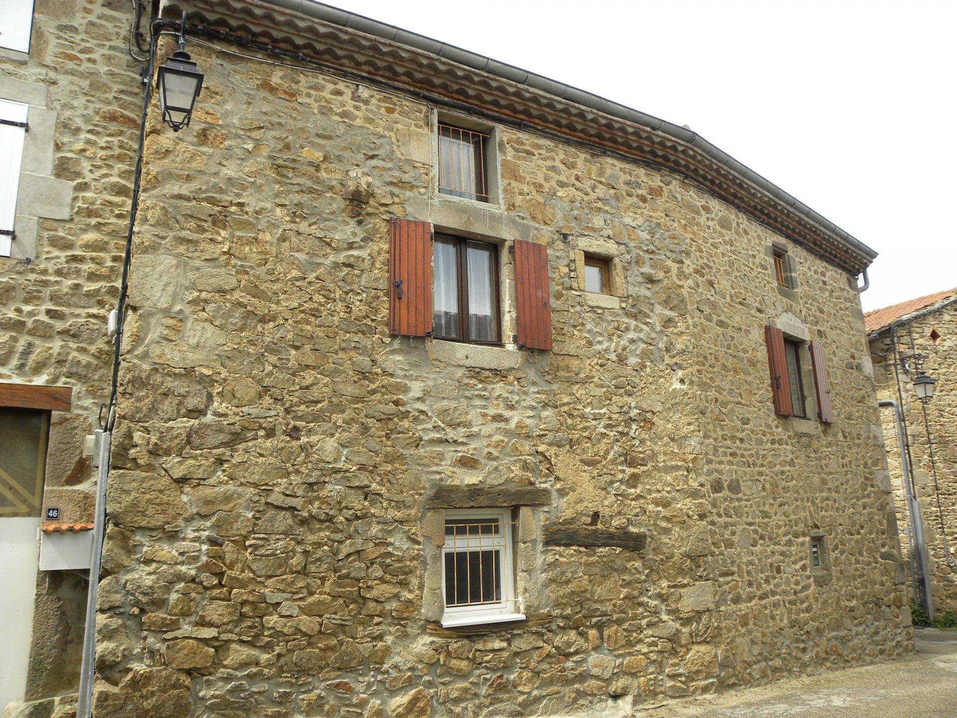 Maison de hameau en pierre.