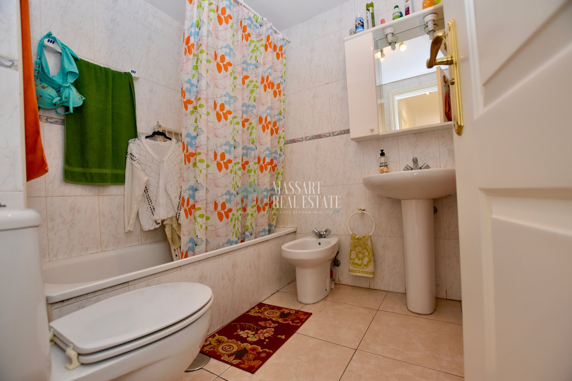 For sale in Plaza Cesar Manrique, bright 78m2 apartment consisting of two bedrooms and a bathroom with bathtub.