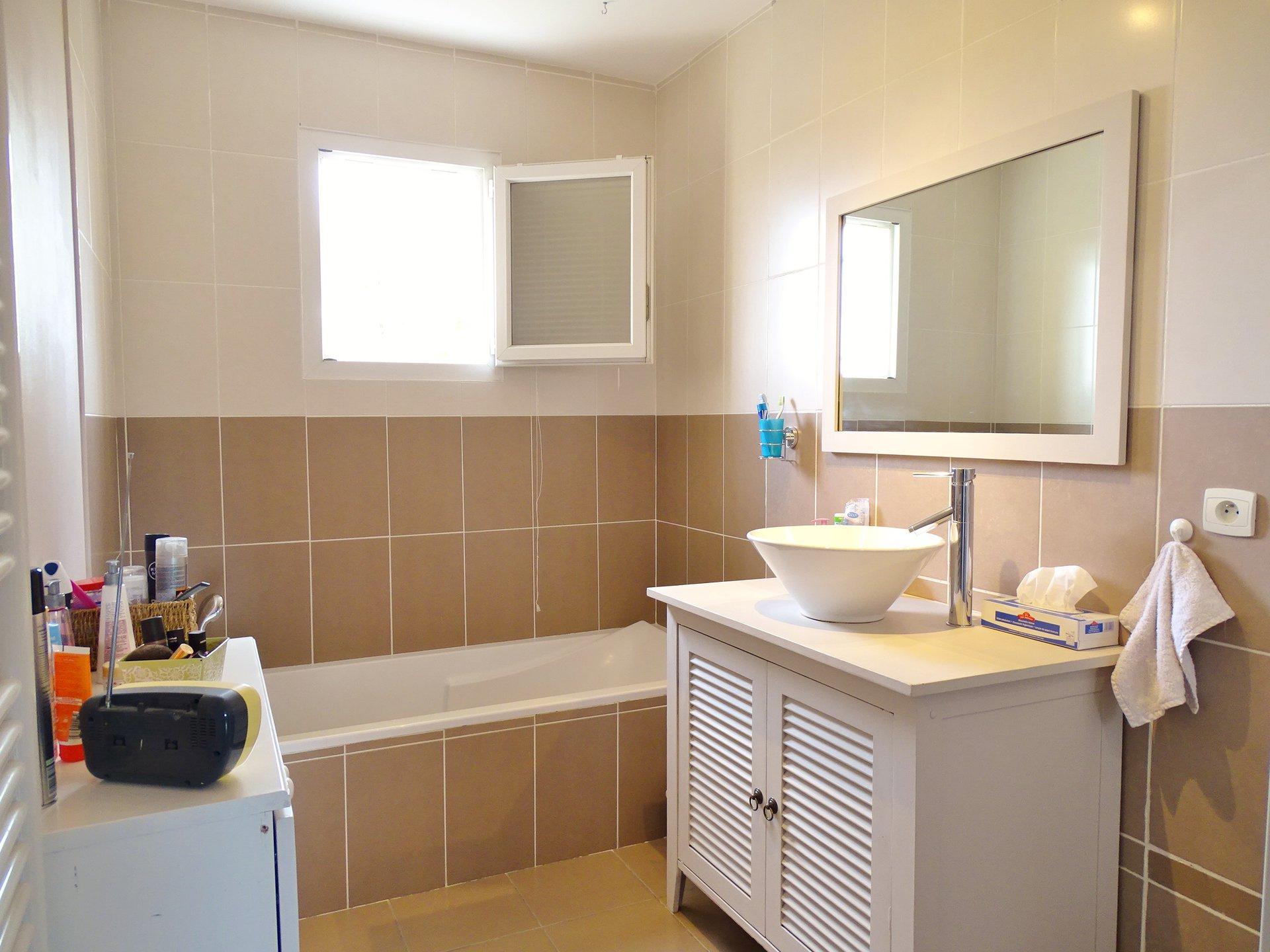 A 10 mn de Mâcon, dans le village de Senozan, venez découvrir cette agréable maison située sur un terrain facile d'entretien de 705 m².  Elle offre une belle pièce à vivre de plus de 40 m² à la triple exposition avec sa cuisine ouverte entièrement équipée. L'espace nuit offre 3 chambres (de 10,4 m² à 12 m²) avec des placards intégrés ainsi qu'un bureau et une buanderie. La salle de bains jouit d'une baignoire et d'une douche.  Cette maison donne directement sur une très belle terrasse aussi bien à l'Est qu'au sud.  Piscine semi-enterrée, garage attenant et abris de jardin complètent idéalement ce bien immobilier. A visiter sans tarder! Honoraires à la charge des vendeurs.
