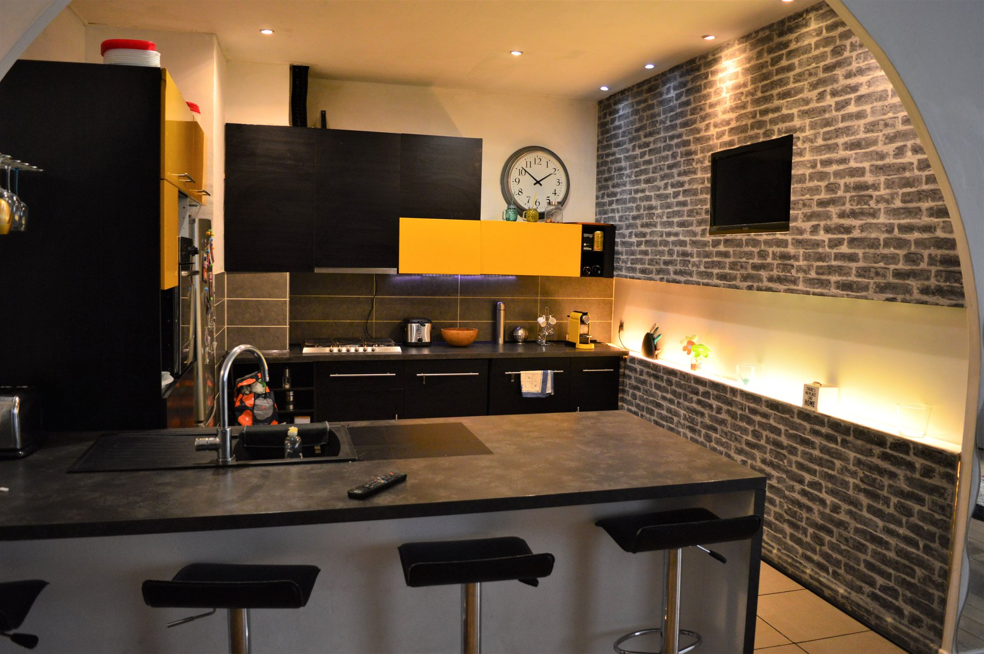 Kitchen bar, exposed bricks