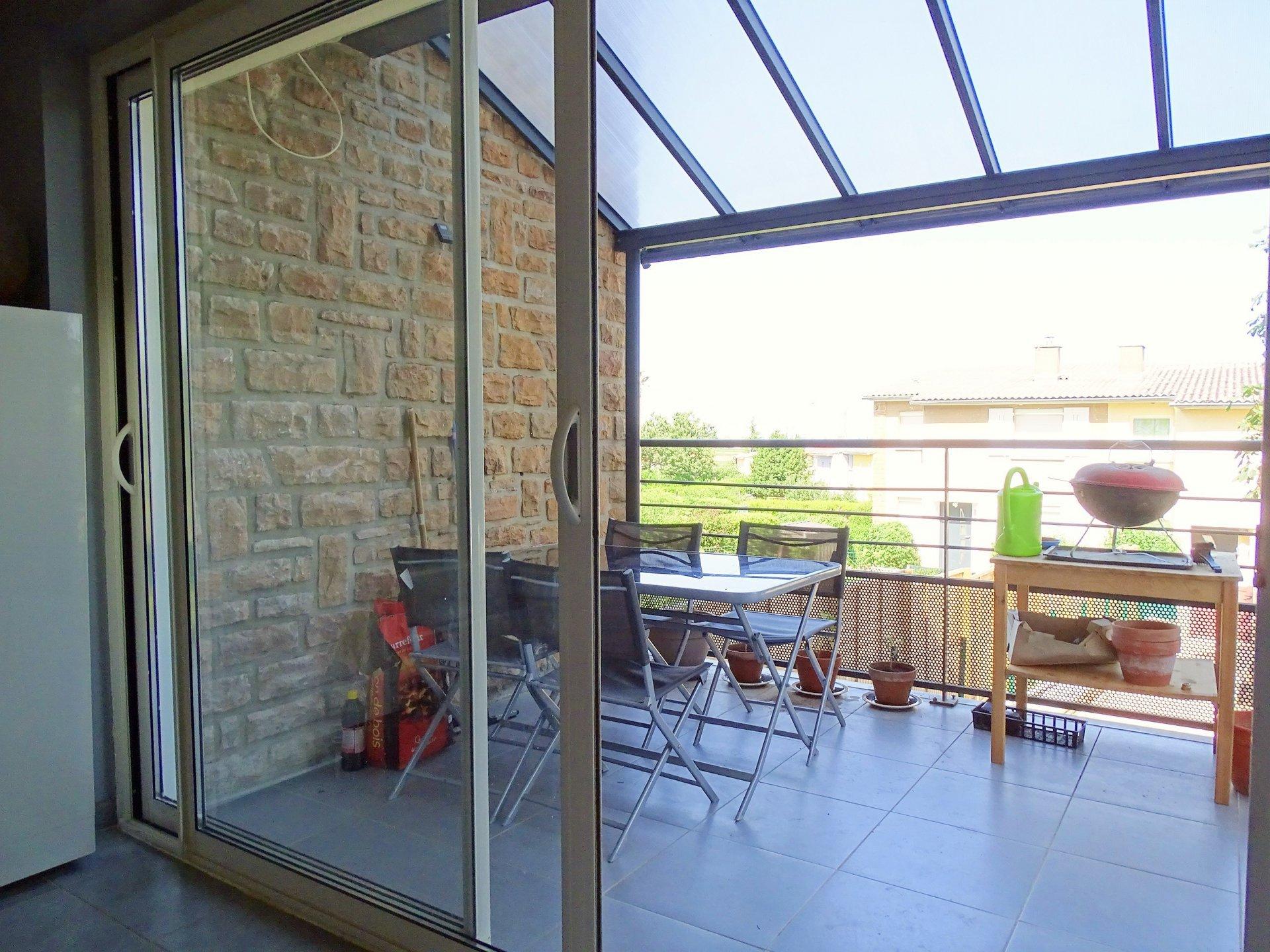 A pied du centre de Charnay, maison totalement rénovée en 2016. Elle se compose d'une entrée desservant une cuisine totalement équipée, d'une grande buanderie, d'une pièce à vivre donnant sur une jolie terrasse, de deux salles de douche puis de trois chambres.  La maison s'ouvre sur deux jardinets avec terrasses (à l'est et à l'ouest).  La plupart des travaux date de 2016-2017 (façade, huisseries, isolation, aménagement extérieur..), il ne reste plus qu'à poser ses valises !  Honoraires à charge vendeurs
