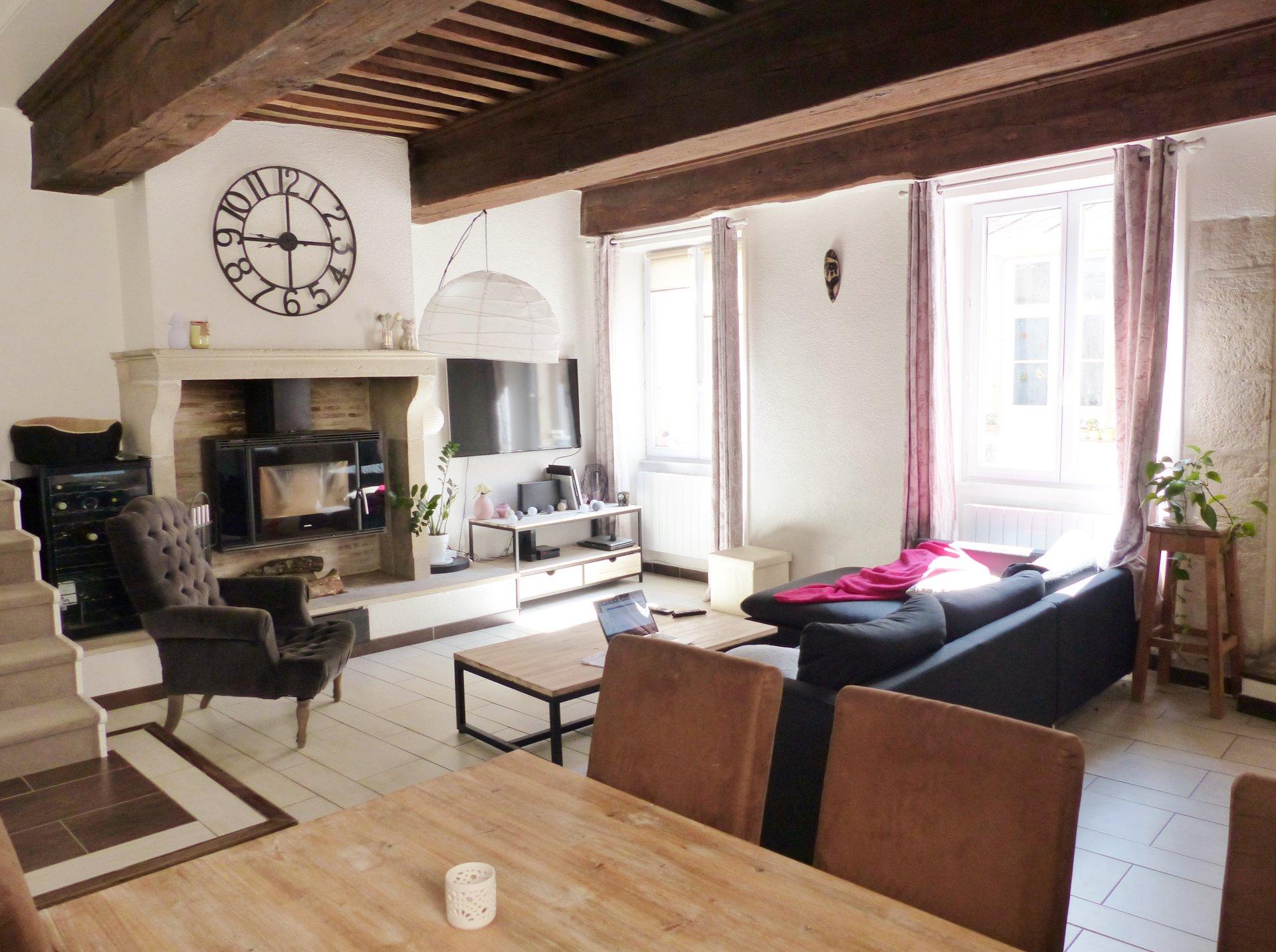 Coup de coeur assuré pour cet appartement offrant un séjour avec un superbe plafond à la française et une belle cheminée. L'espace cuisine cocooning ne manque pas non plus de charme. En étage vous découvrirez un bureau, une chambre, une salle de douche joliment refaite puis une 2e chambre de 17 m² environ donnant....sur une agréable terrasse dominant les toits Mâconnais. A découvrir sans tarder!  Copropriété de 6 lots. Charges courantes mensuelles de 29,20 euros. Honoraires à la charge des vendeurs.