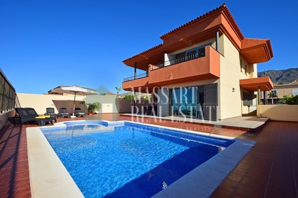 For rent in the prestigious neighborhood of Galeon, luxury villa of 313m2 and 500m2 of land.