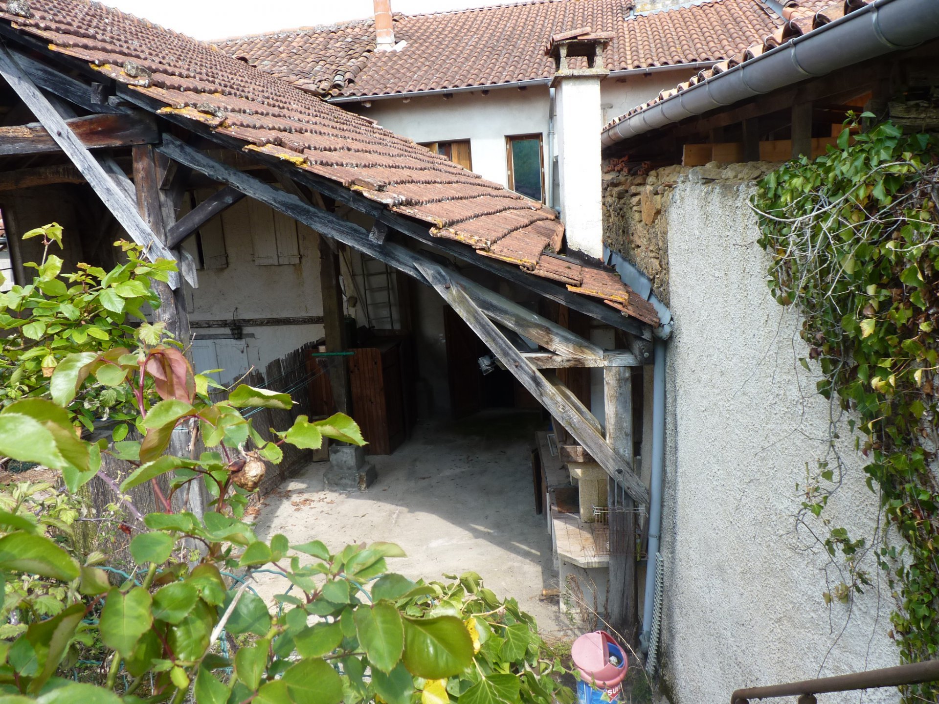 Near Aurignac, village house with courtyard and garden