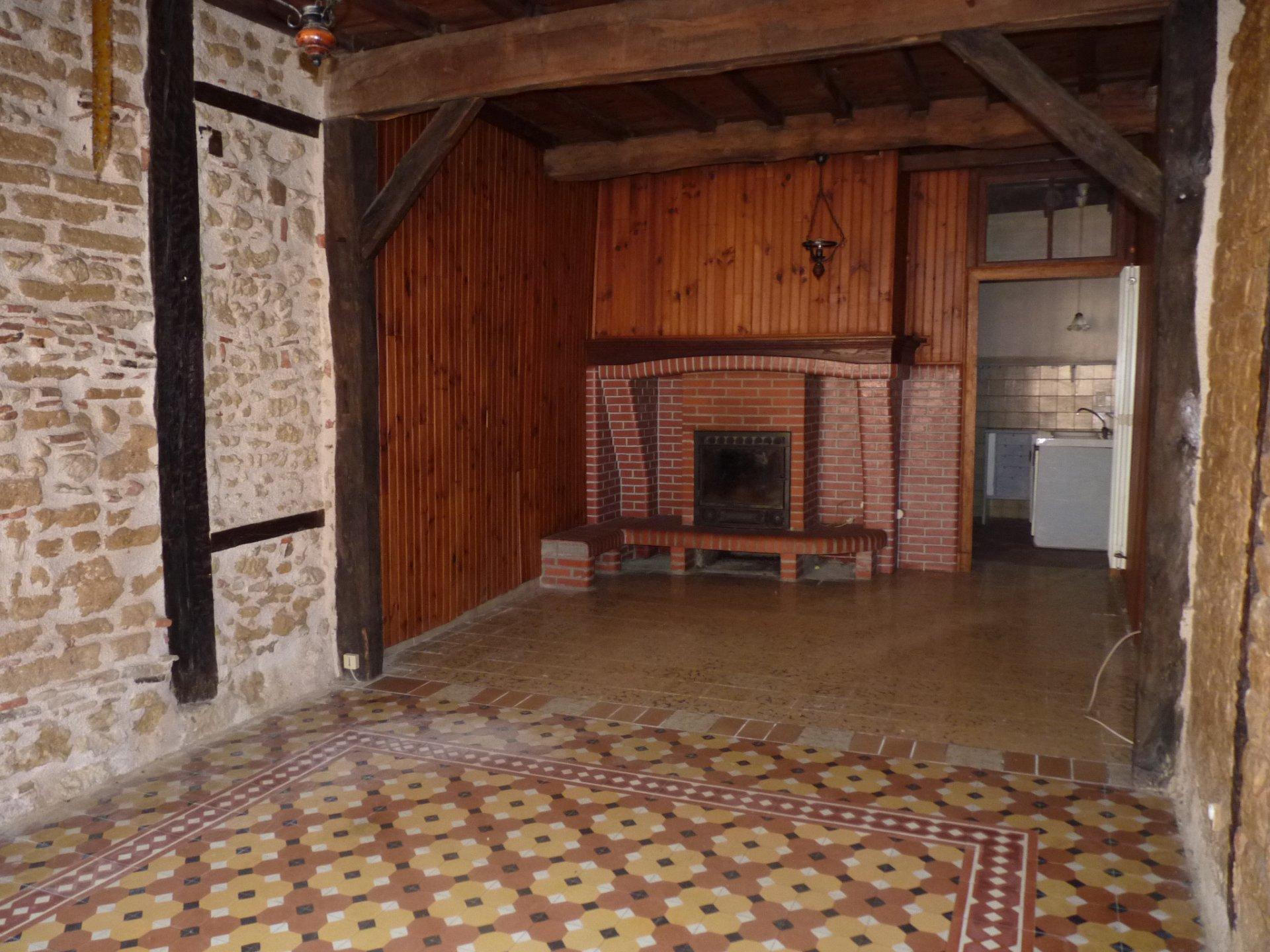 Proche d'Aurignac, maison de village avec cour et jardinet