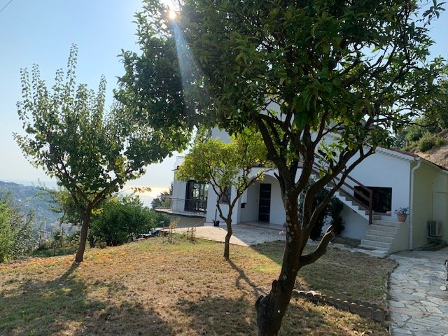 FORT POTENTIEL pour un projet familial! Villa de 160m² avec 2 appartements- Vue mer et montagne panoramique- Terrain 2350m²- Possibilité d'agrandissement