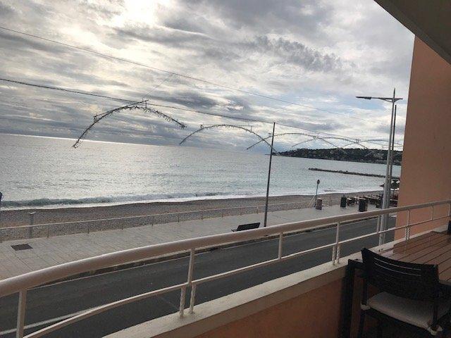 LOCATION SAISONNIERE beau T2 face mer avec terrasse- Couchage pour 4 personnes- 1200€/semaine