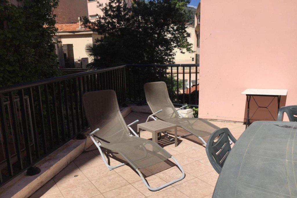 Plein centre Menton- Dans maison bourgeoise T2 avec terrasse