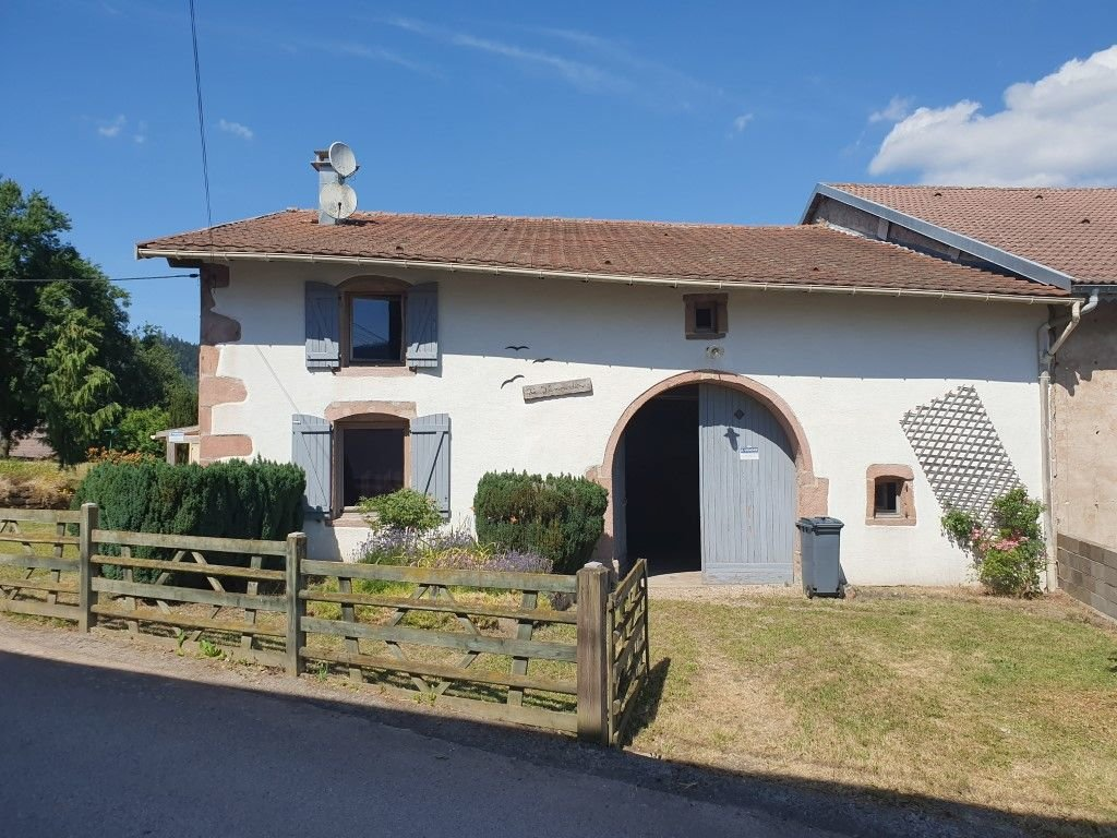 VOSGES - Quietly situated, old village farm on about 977 m2 of grounds