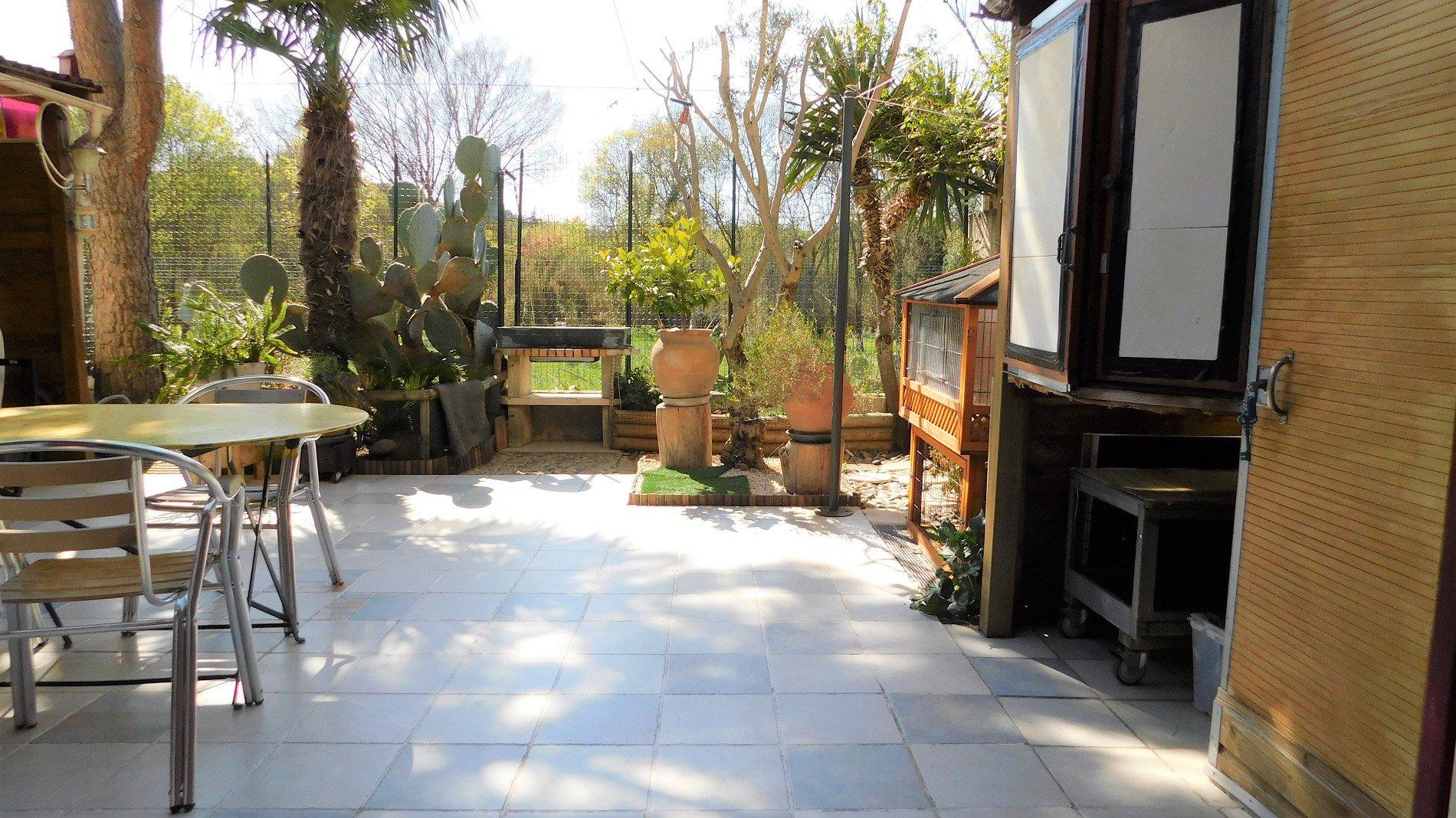 Charmig radhus med trädgård