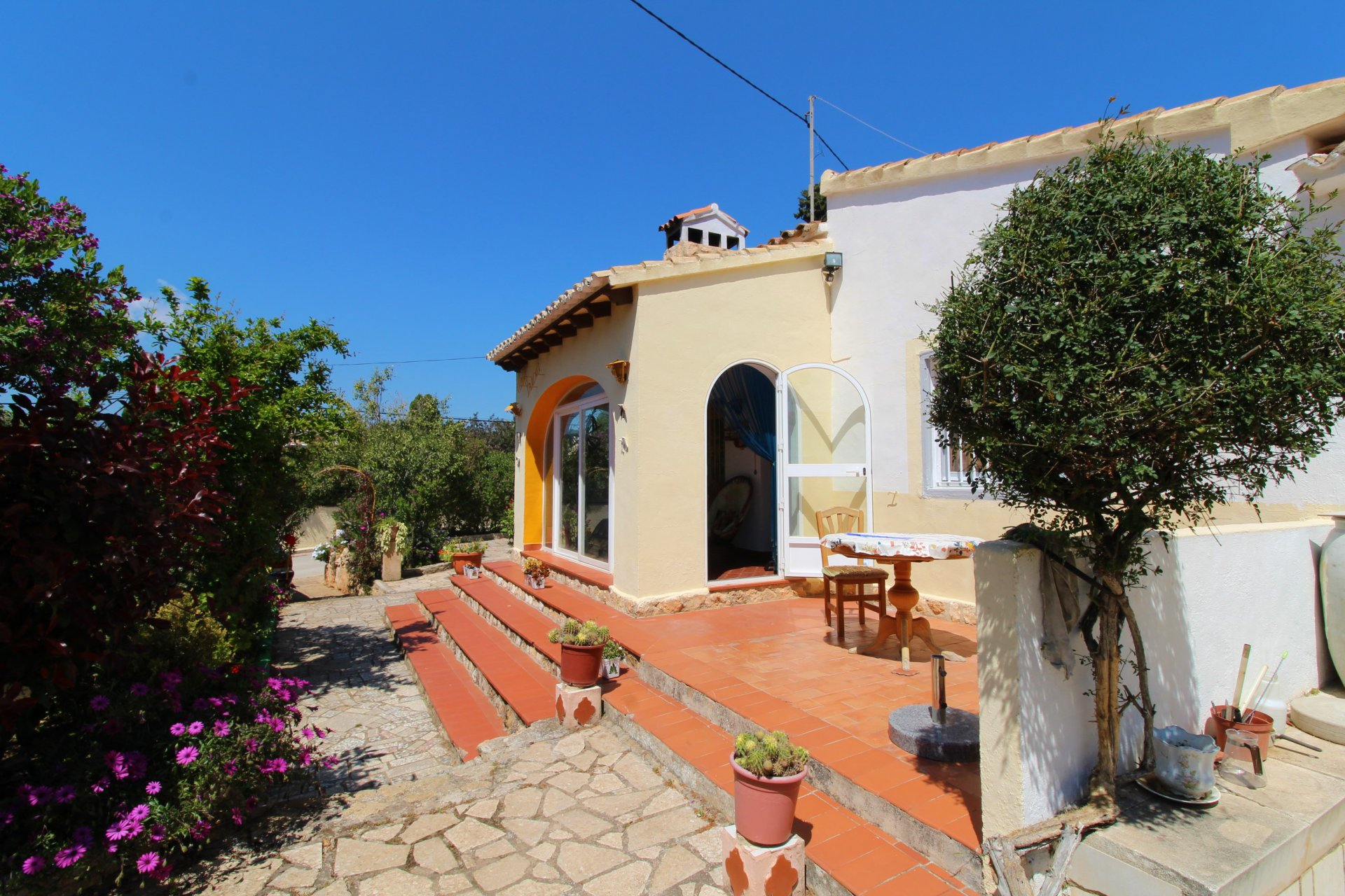Private groundfloor villa within walking distance to beach and town