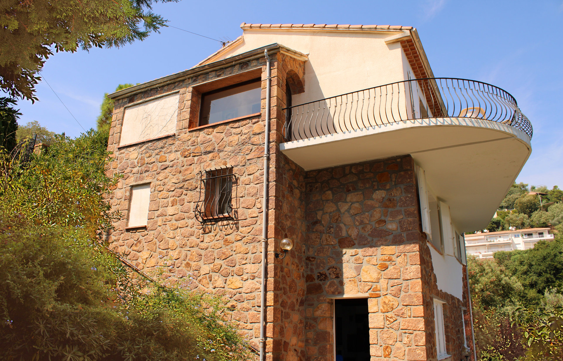 Villa in a quiet location, with a magnificent view of the sea.