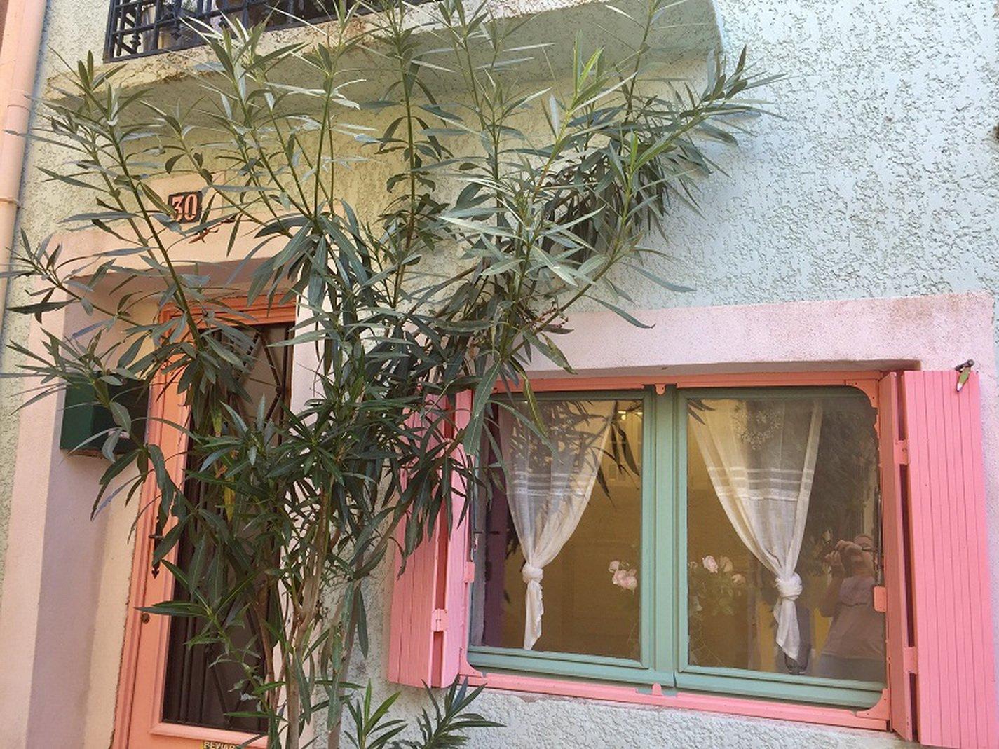 Maison de village ensoleillée avec terrasse tropézienne