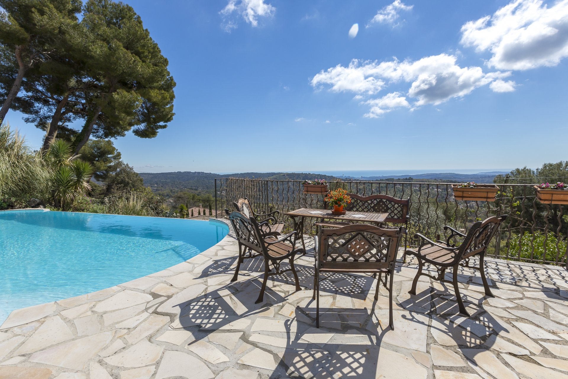 Provencal villa with sea view and guest house